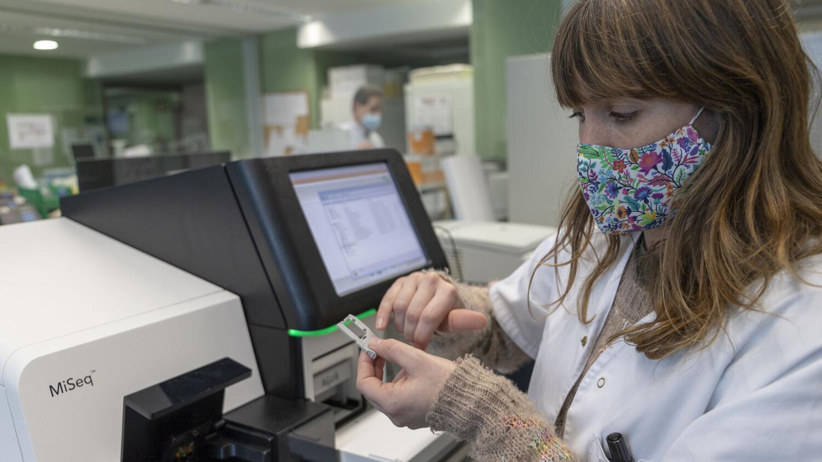 La doctora Carla López, responsable de la Unitat de Genòmica Microbiana de Son Espases, davant el seqüenciador. / CAIB