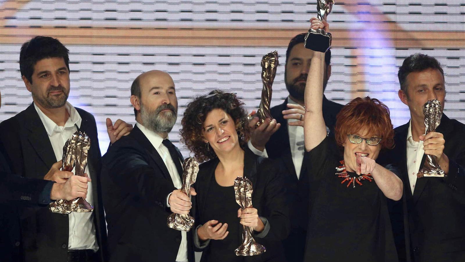 L'equip de 'Truman', amb la productora, Marta Esteban, amb el braç enlaire, al capdavant, recollint el premi a la millor pel·lícula de parla no catalana / EFE