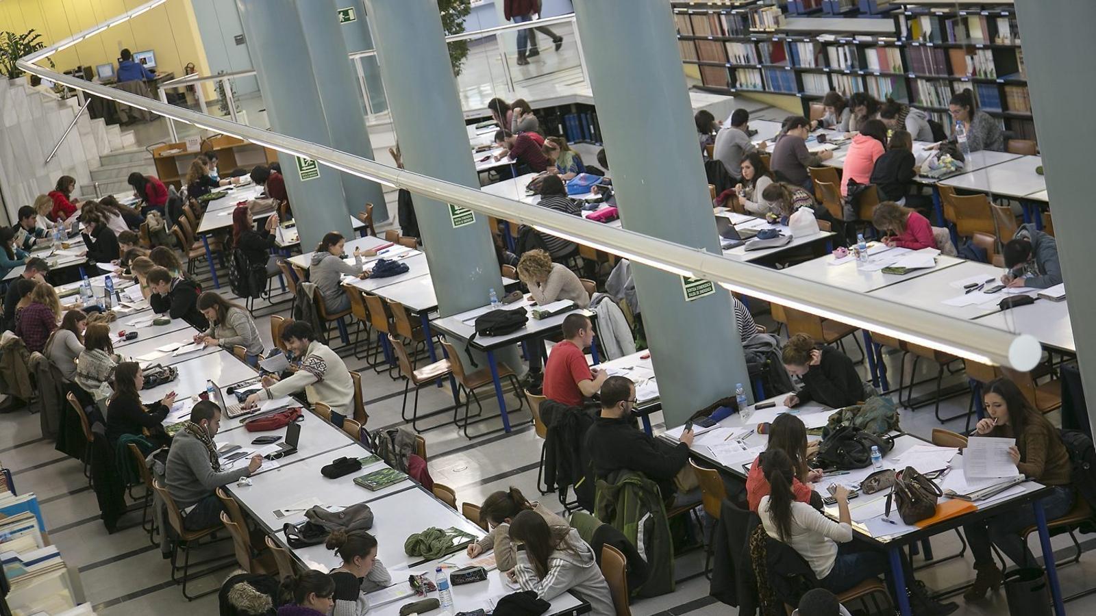 01. Imatge d'una aula de primària de l'Escola dels Encants de Barcelona.   02. Alumnes estudiant a les instal·lacions de la Universitat Autònoma de Barcelona (UAB).
