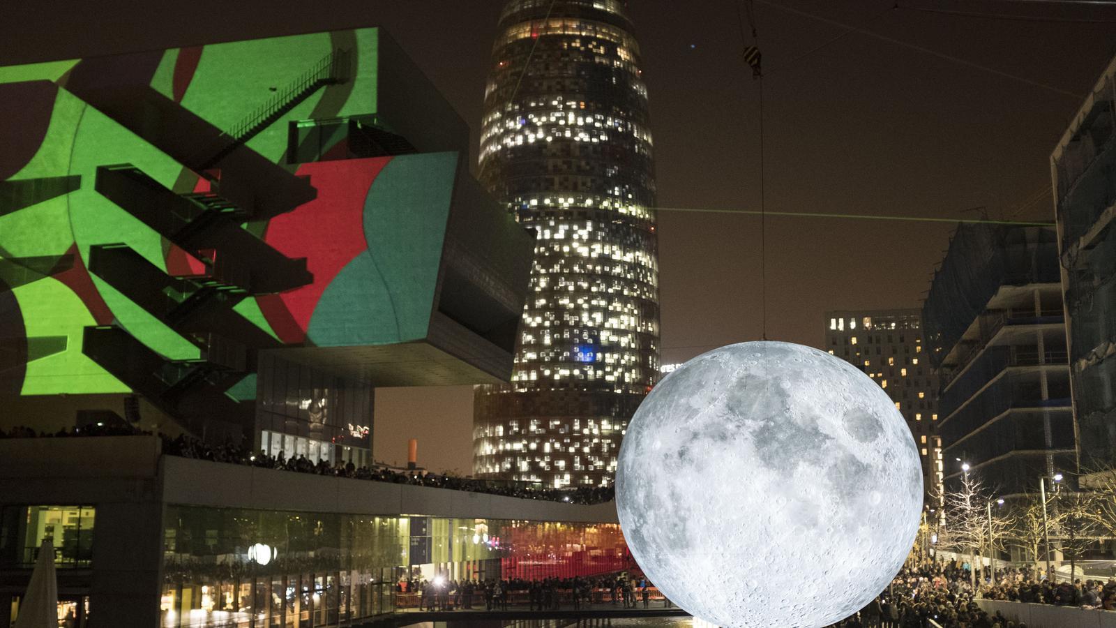'Museum of the Moon' és una de les instal·lacions que hi ha l'estany del Disseny HUB Barcelona
