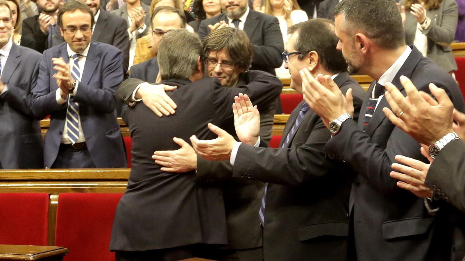 Puigdemont, abraçat a Mas / MANOLO GARCÍA