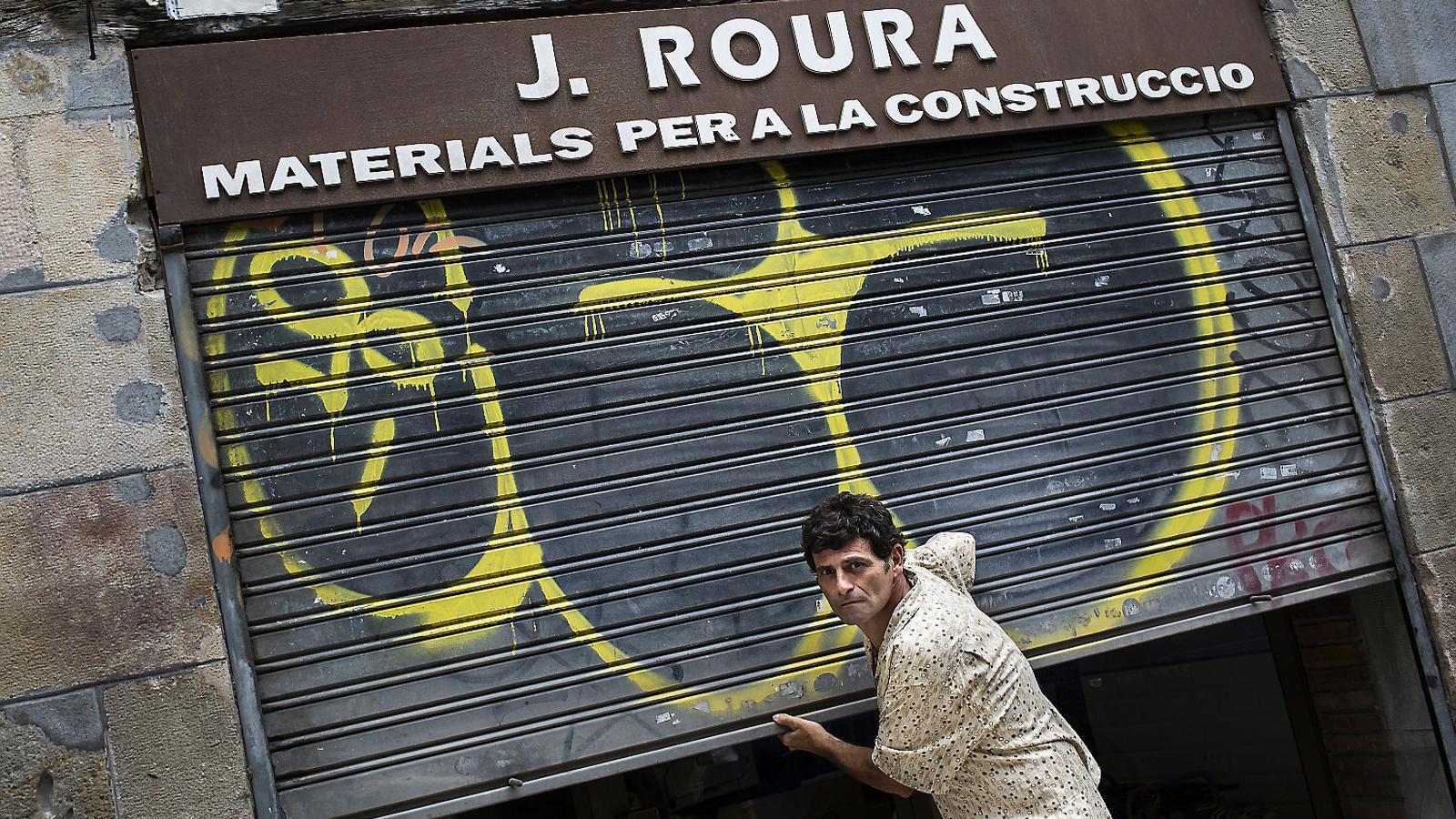 Joan Roura davant de la botiga familiar de material de construcció, ara tancada.