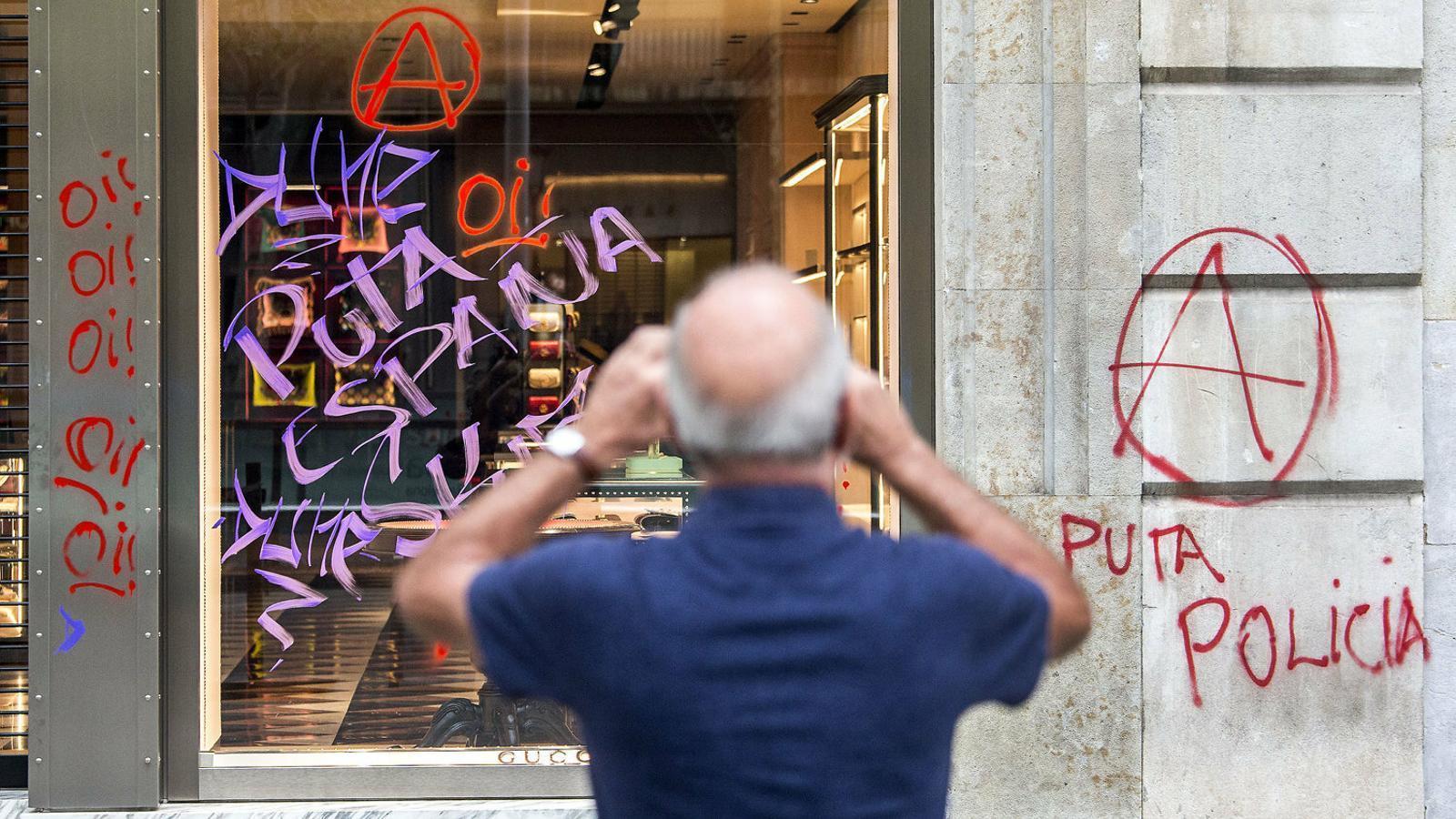 Pintades en una botiga del passeig de Gràcia després de la jornada de vaga del 18 d'octubre contra la sentència.