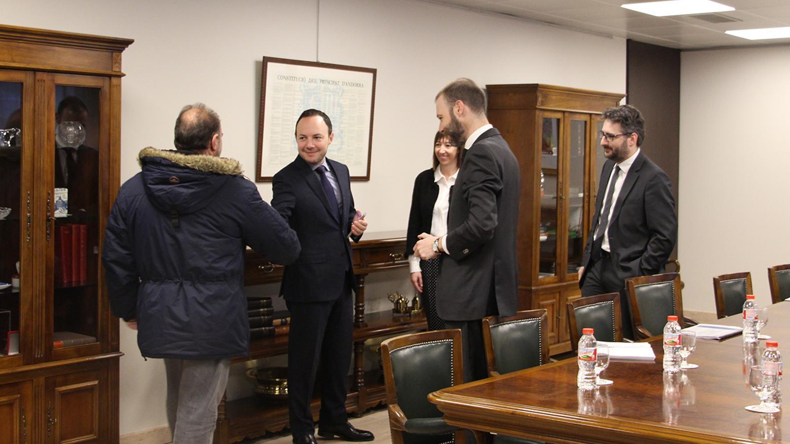 El ministre d'Afers Socials, Justícia i Interior, Xavier Espot, saludant un dels portaveus dels sindicats, Gabriel Ubach. / M. F. (ANA)