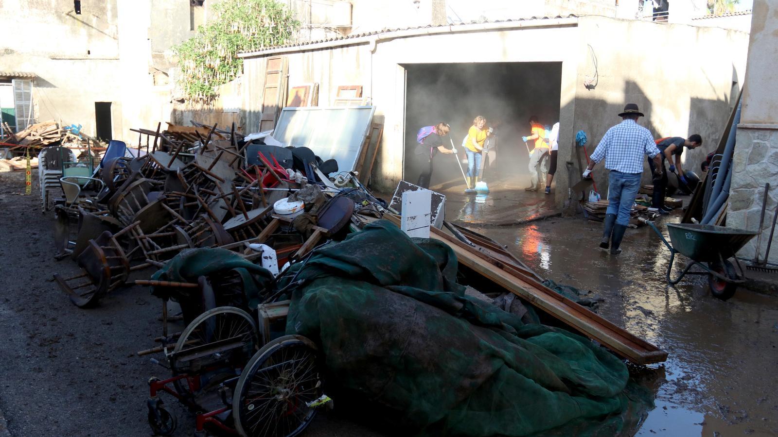 Voluntaris fent net els carrers i les cases de Sant Llorenç
