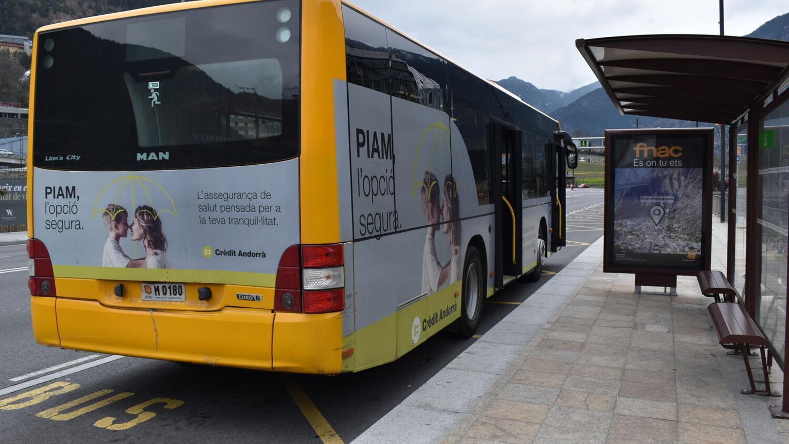 Un autobús aturat en una parada. / ARXIU