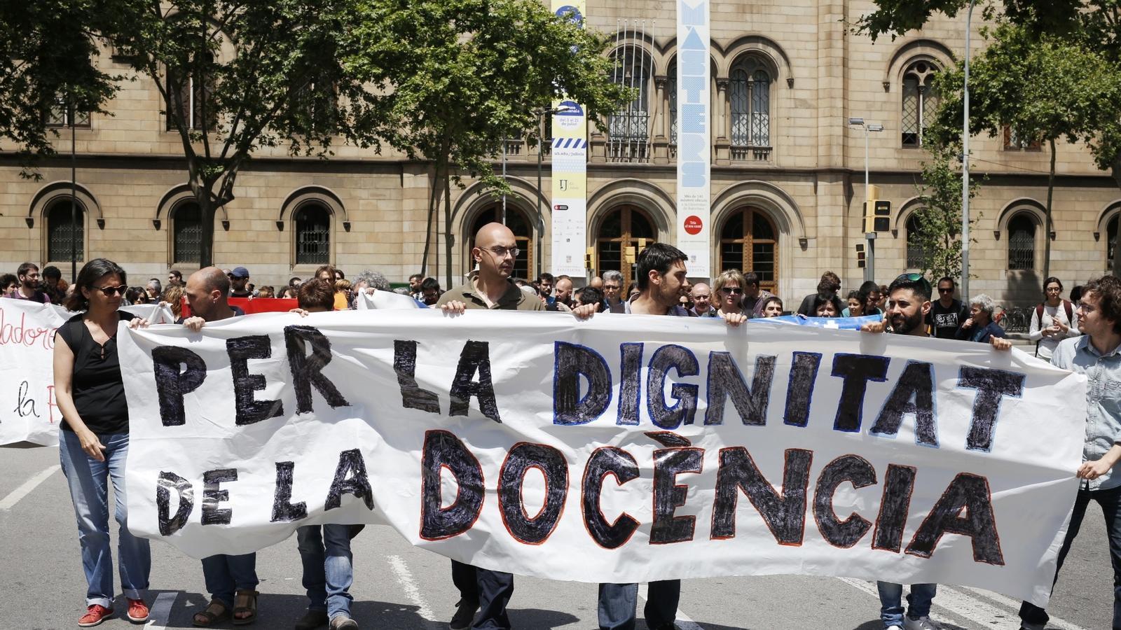 La manifestació contra la precarització del professorat va començar a plaça Universitat / FRANCESC MELCION