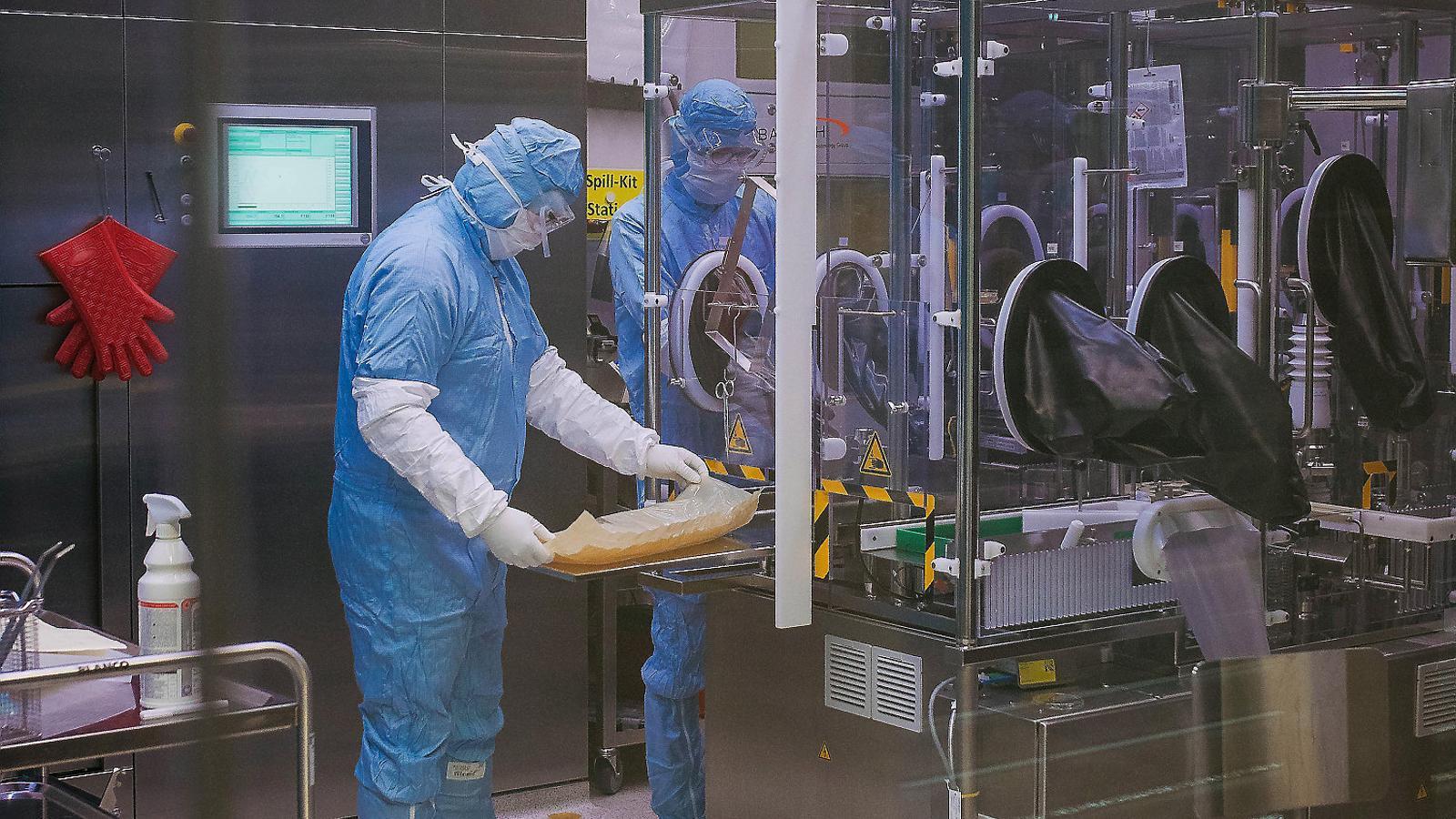 Investigadors treballant en una vacuna contra el covid en un laboratori a Alemanya.