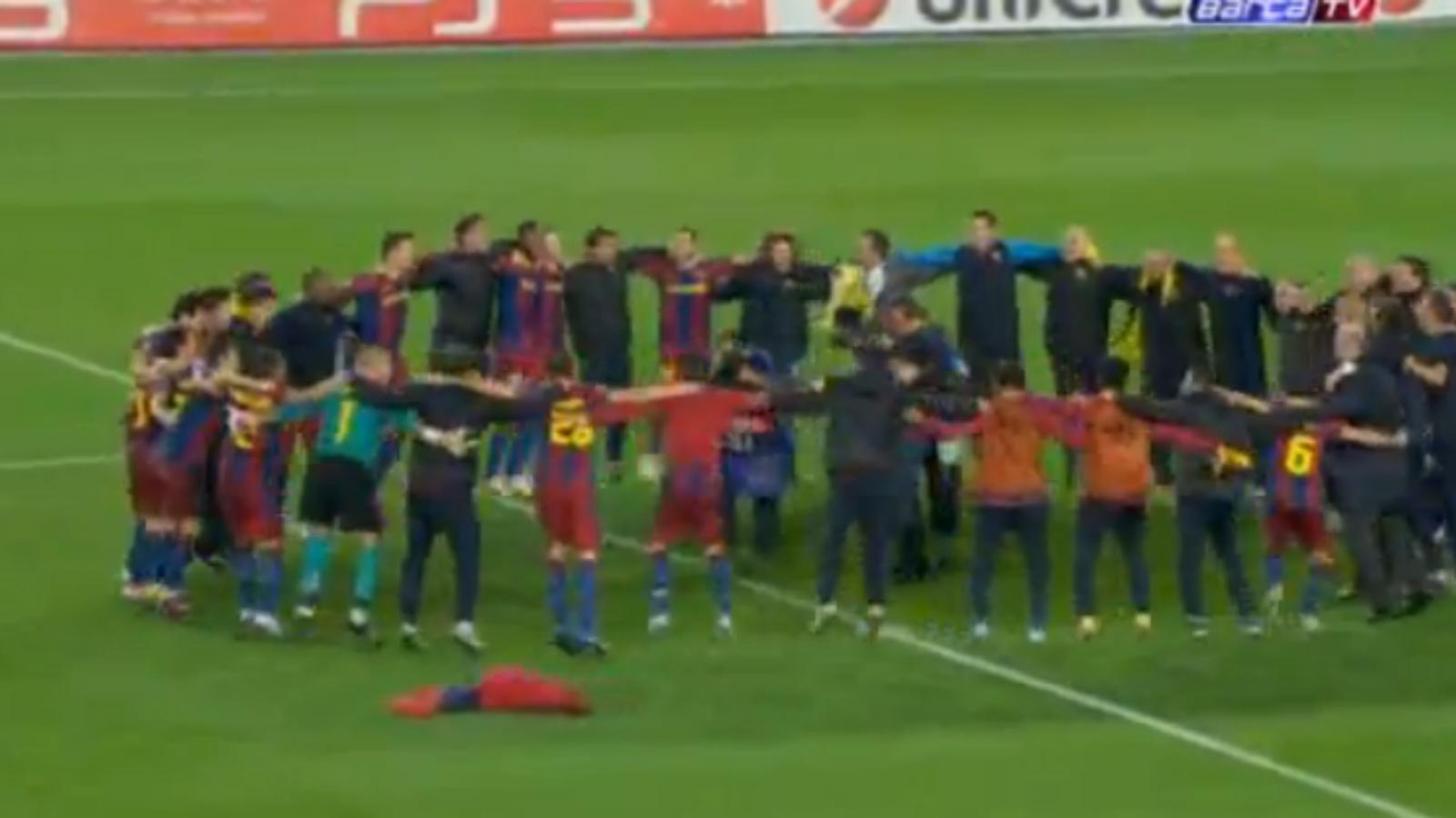 Celebració del Barça sobre la gespa del Camp Nou.