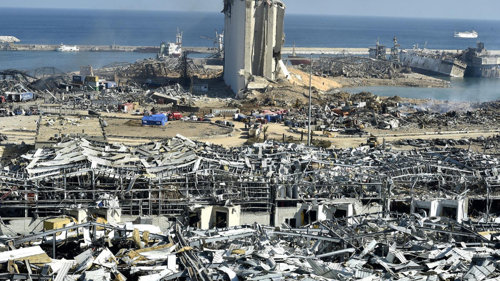 El port de Beirut, destrossat després de l'explosió de tones de nitrat d'amoni emmagatzemades.