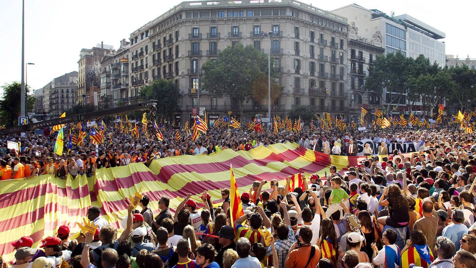 Barcelona es va omplir de senyeres i estelades dues setmanes després de la sentència del TC contra l'Estatut català.