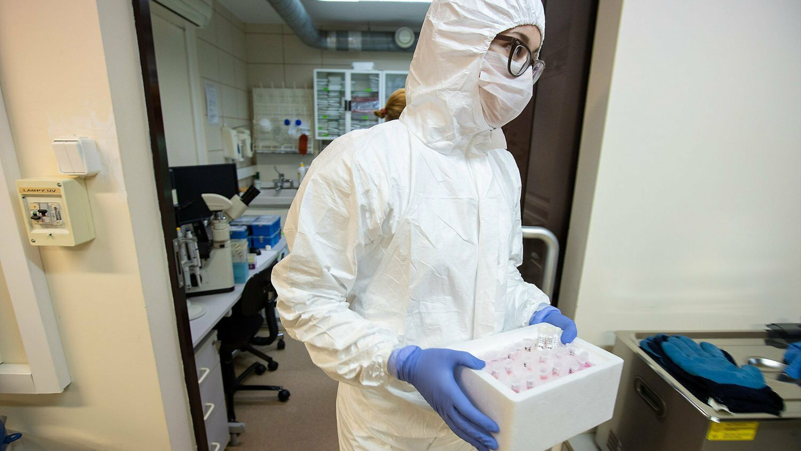 Un investigador científic amb mostres de sang per analitzar el coronavirus.