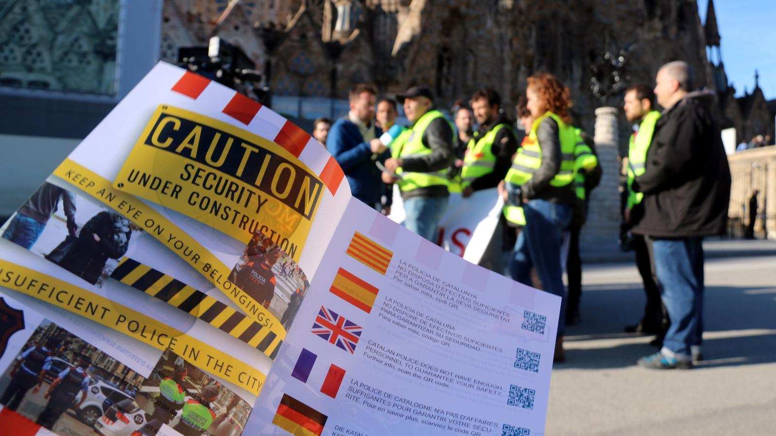 El díptic que sindicats policials i el moviment MosSOS han repartit als turistes