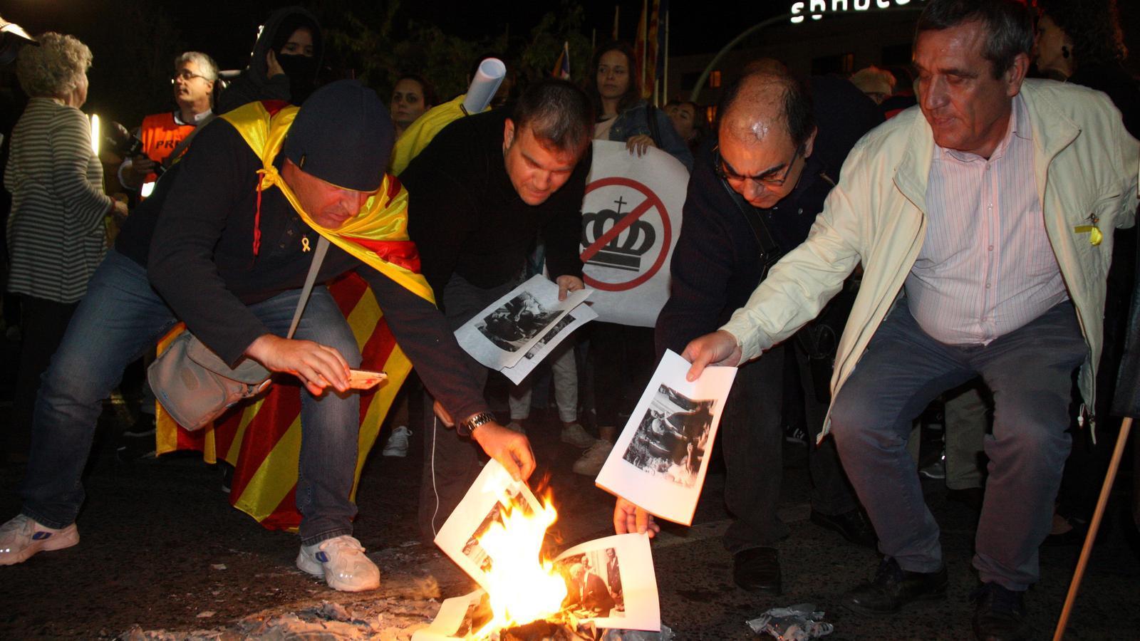 Milers de persones protesten amb cassolades i crema de fotos contra la presència de Felip VI a Barcelona