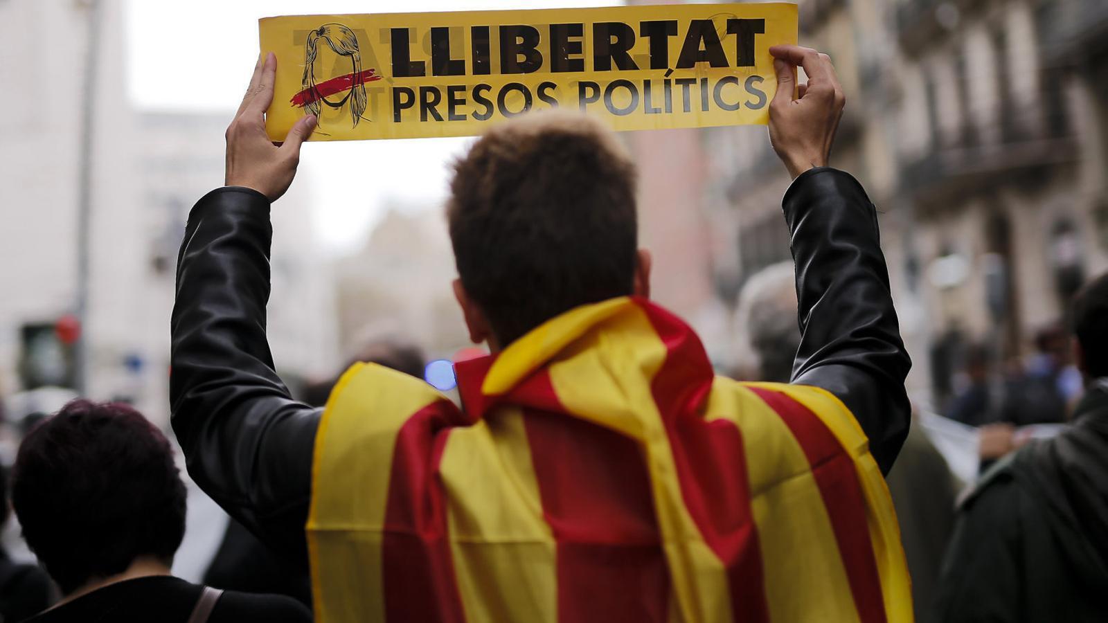 Milers de persones van participar ahir en les mobilitzacions per protestar per l'aplicació del 155 i a favor de l'alliberament dels presos polítics.
