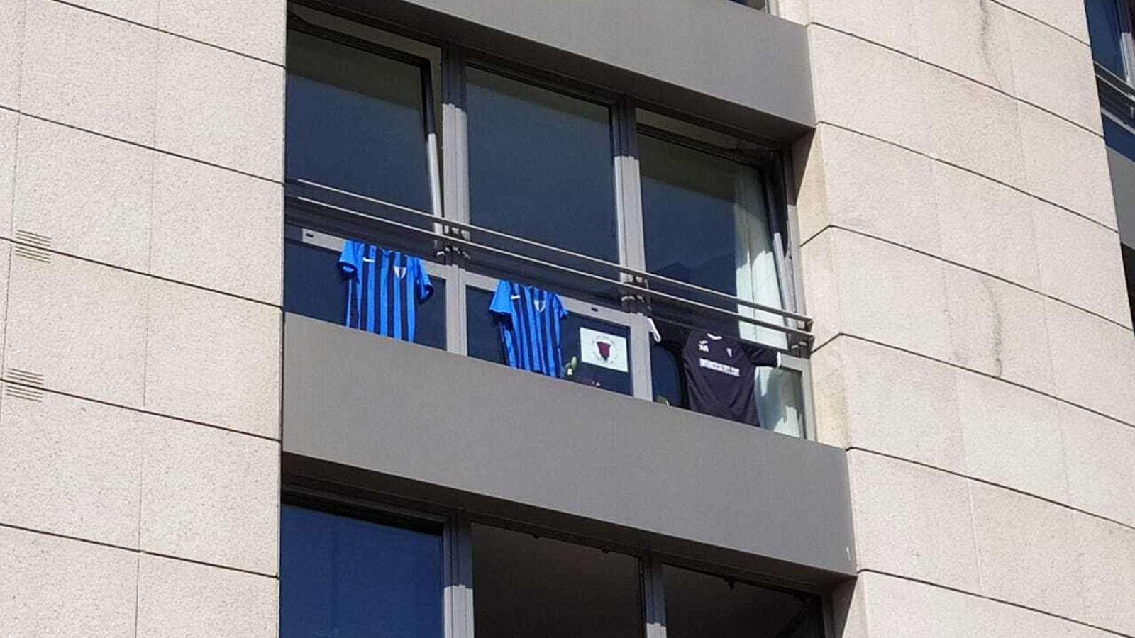 Samarretes penjades en una finestra. TWITTER INTER CLUB D'ESCALDES