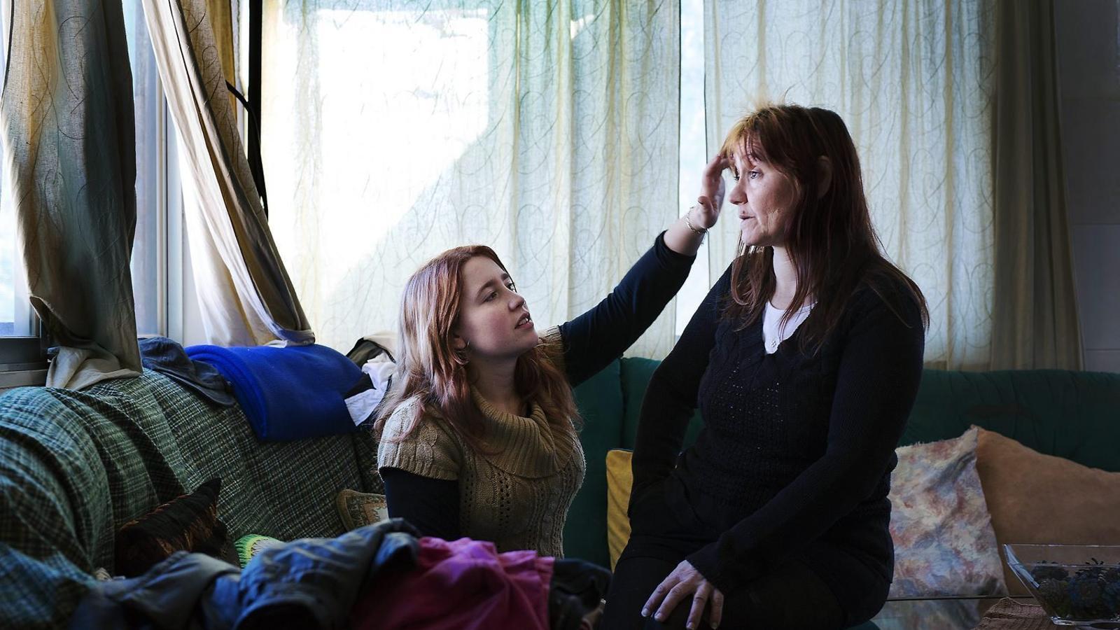 Silvia Izquierdo, ocupa d'una casa de Sant Climent de Llobregat, amb la seva filla / FRANCESC MELCION