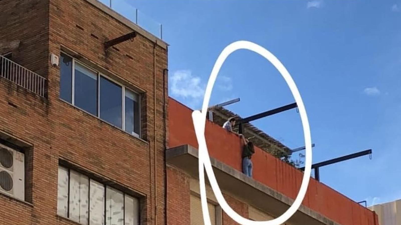 Rescaten una noia de 14 anys que es feia fotos a la biga d'un terrat de Barcelona