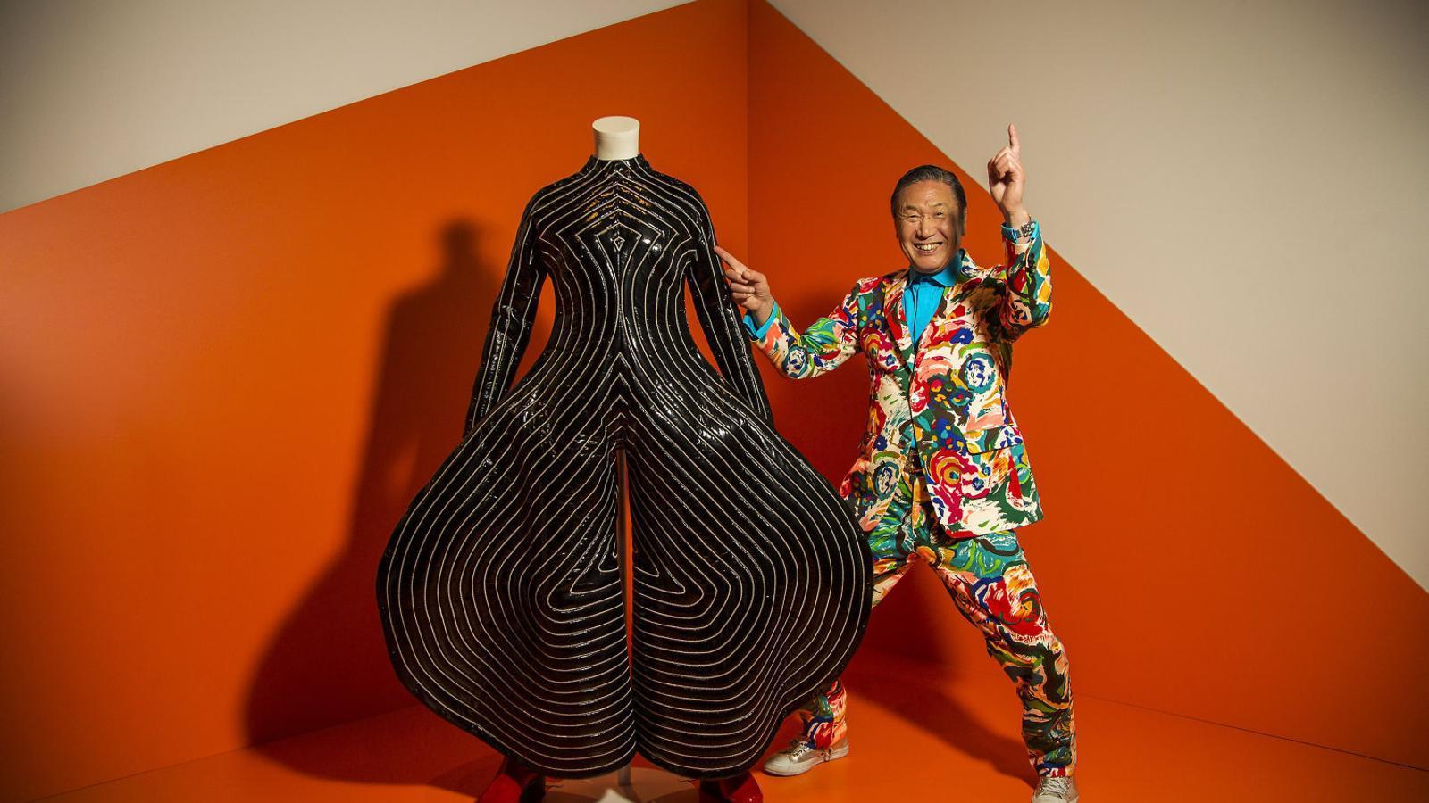 Yamamoto explica que de tots els conjunts que va dissenyar per a Bowie, el que més li agrada és la granota negra xarolada de camals extravagants que va portar el cantant a la gira Aladdin Sane / FERRAN FORNÉ