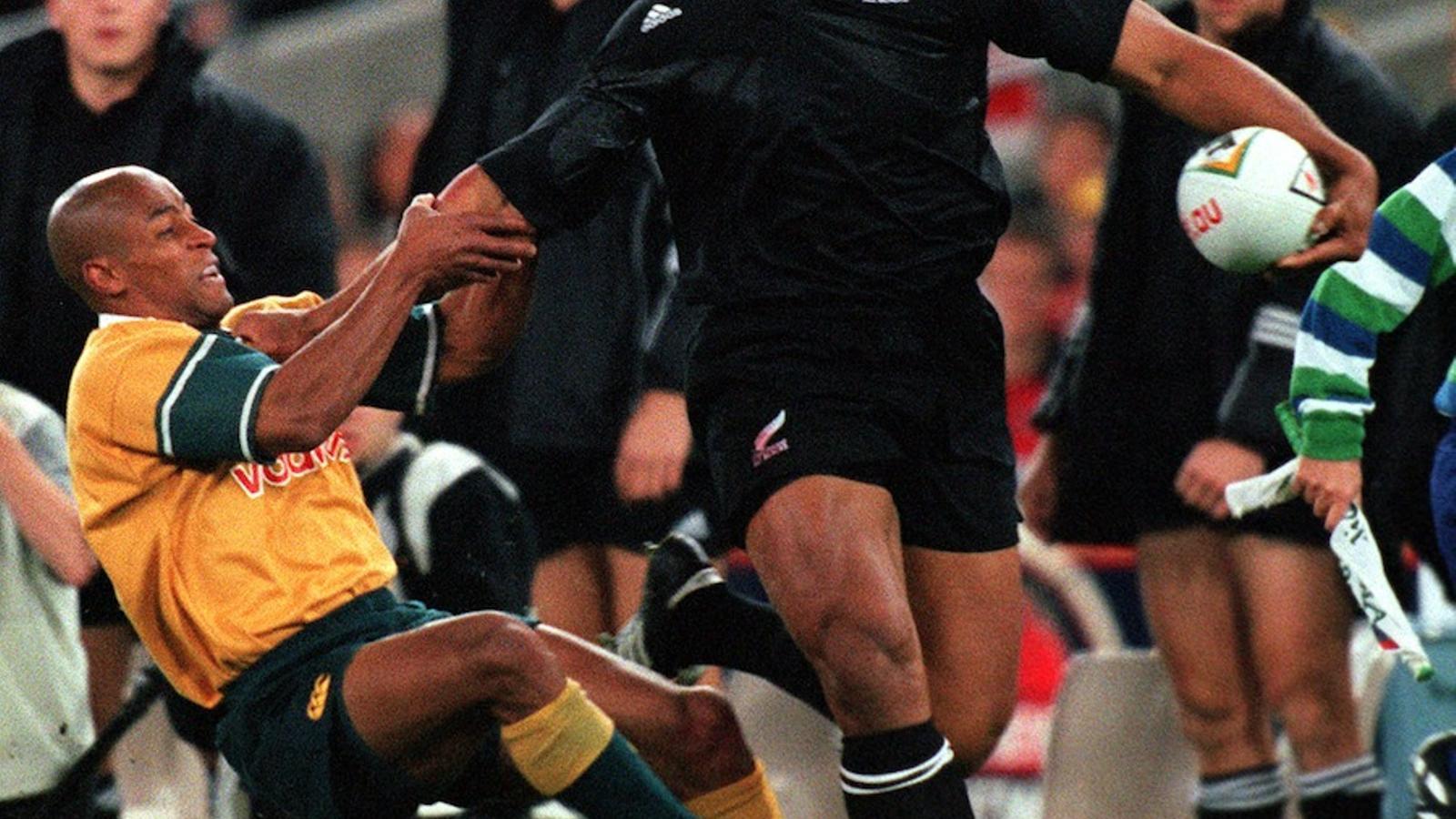 L'australià George Gregan no pot parar Jonah Lomu, en un partit del juliol de l'any 2000 / NICK WILSON / ALLSPORT
