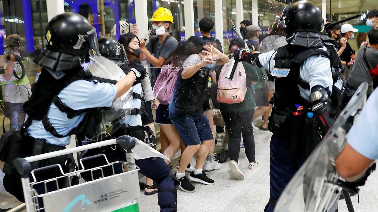 El bloqueig de l'aeroport de Hong Kong es manté per segon dia