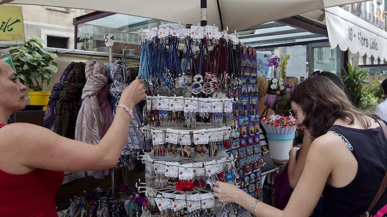 32549395f9d3e Barcelona precinta 5 botigues de souvenirs prop de la Sagrada Família