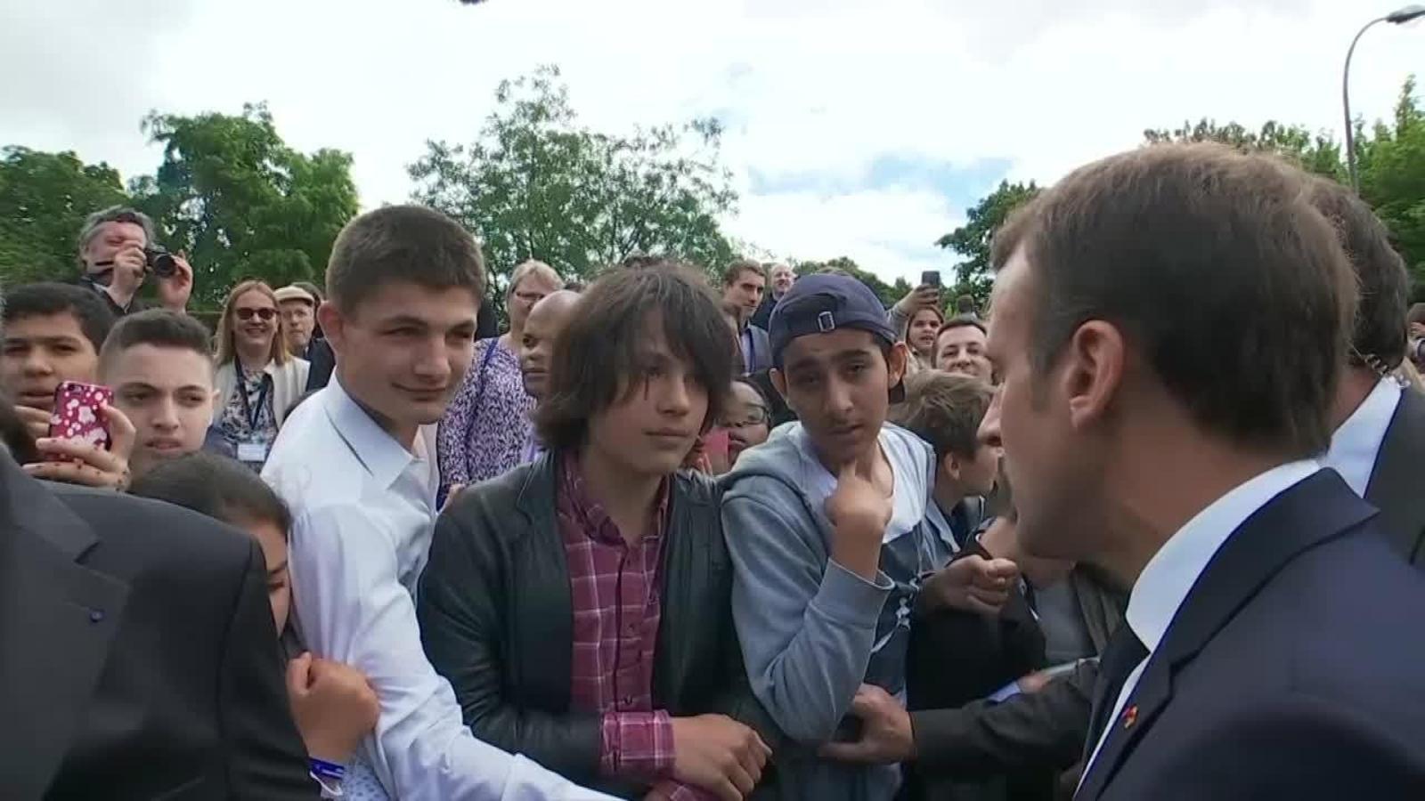 """""""Com va, Manu?"""": Macron esbronca un jove i li demana que es dirigeixi a ell com a """"senyor president de la República o senyor"""""""