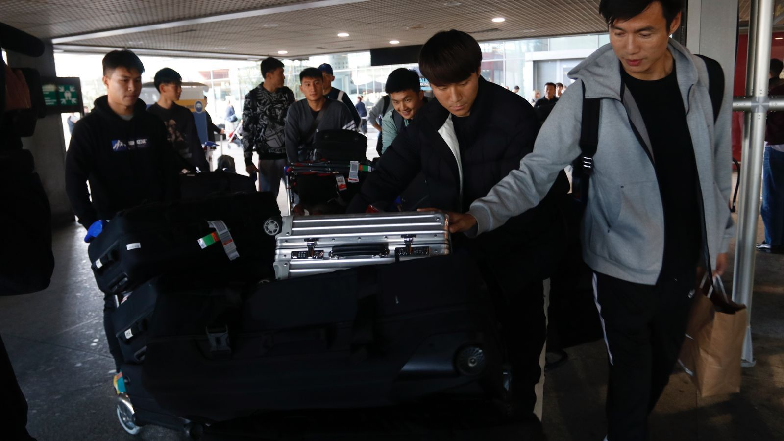 Futbolistes del Wuhan a l'aeroport de Màlaga.