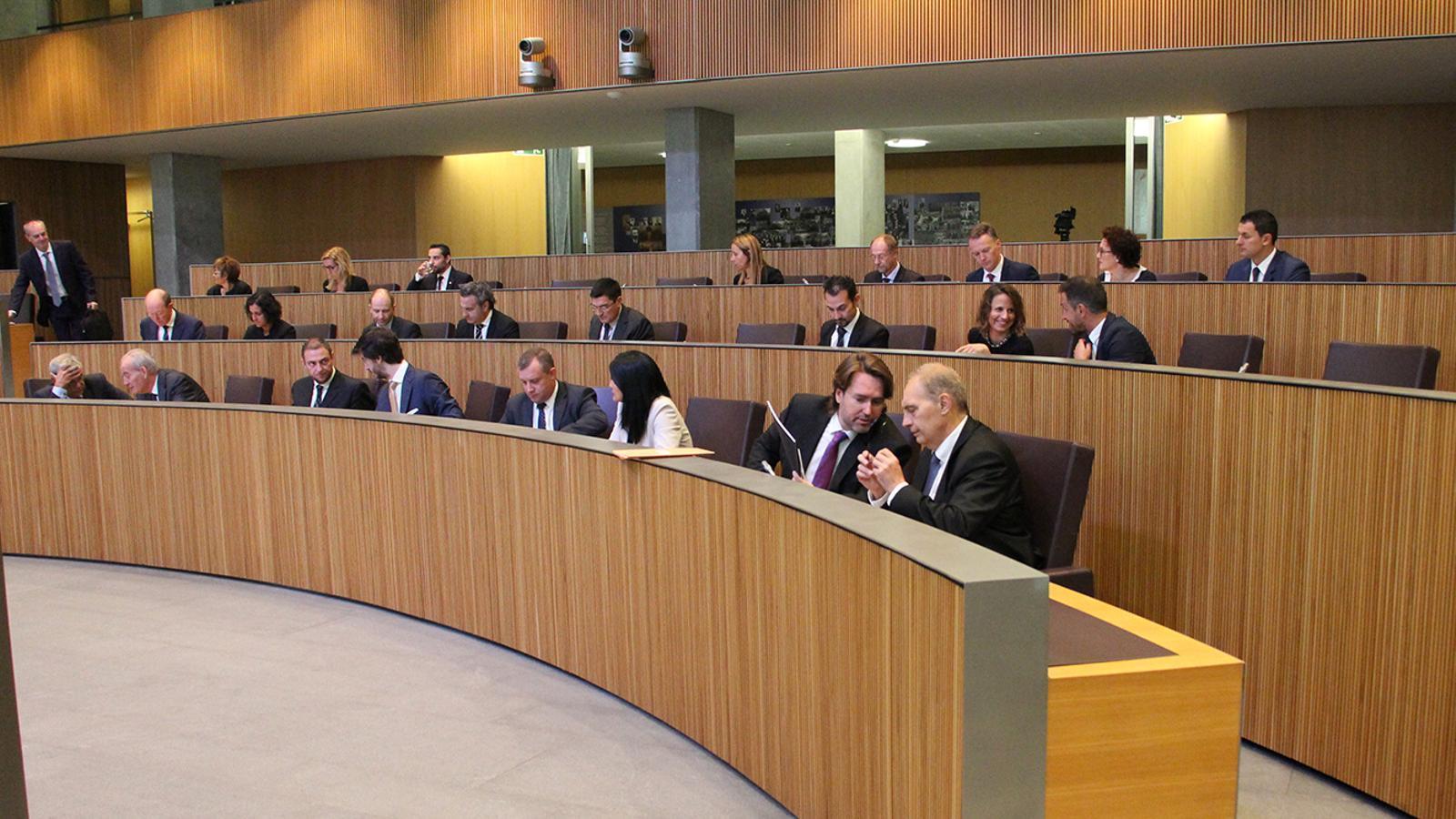 La bancada de l'oposició i de la majoria al Consell General. / ARXIU ANA