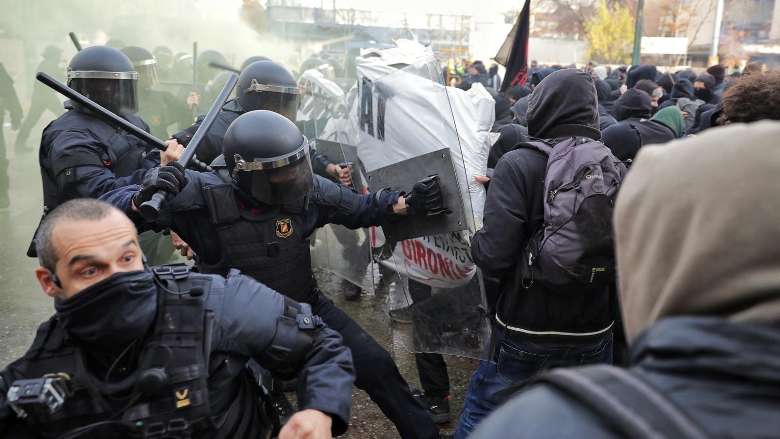 Carregues policials a Girona durant la manifestació antifeixista a la plaça 1 d'Octubre
