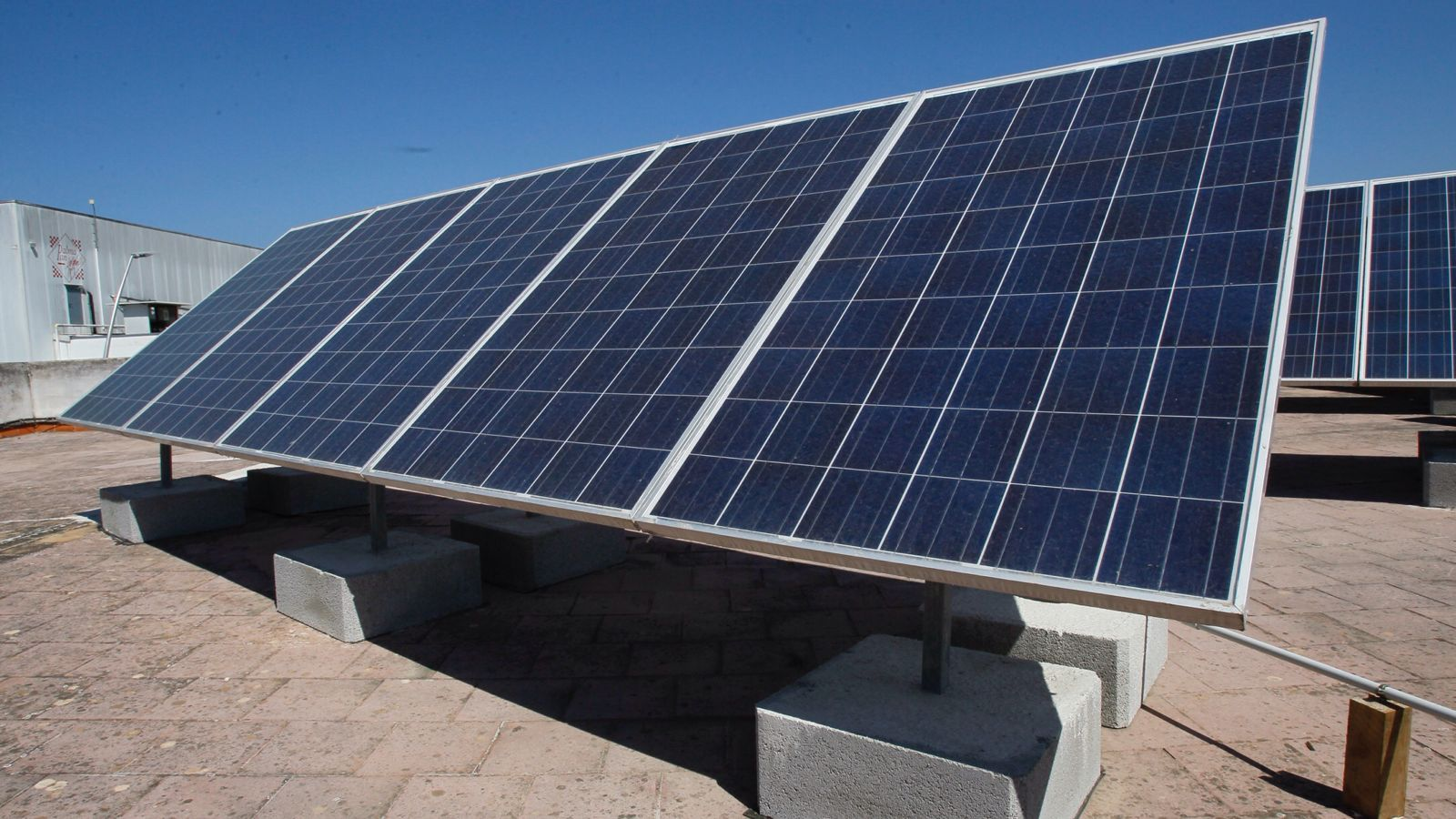 Una de les plaques instalades a la teulada de la fàbrica, subvencionades pel Govern.