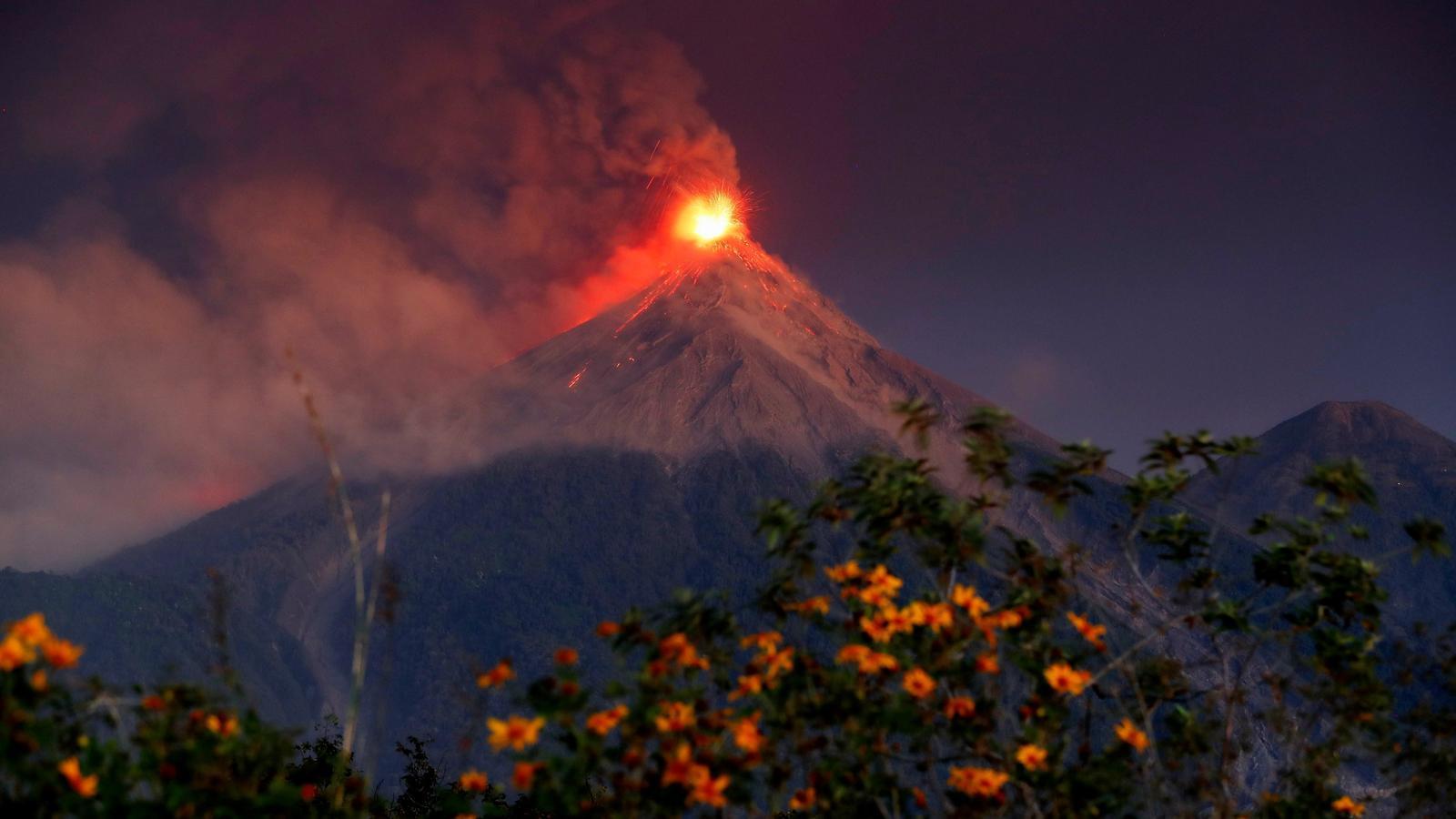 Vistes de l'erupció del volcà Fuego, Guatemala.