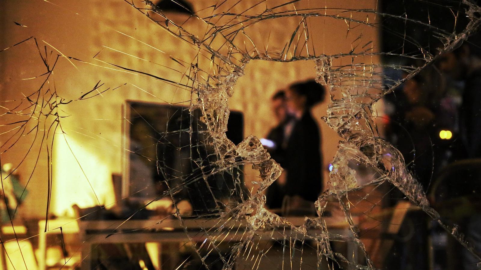 Els concentrats també han trencat els vidres d'una immobiliària / PERE VIRGILI