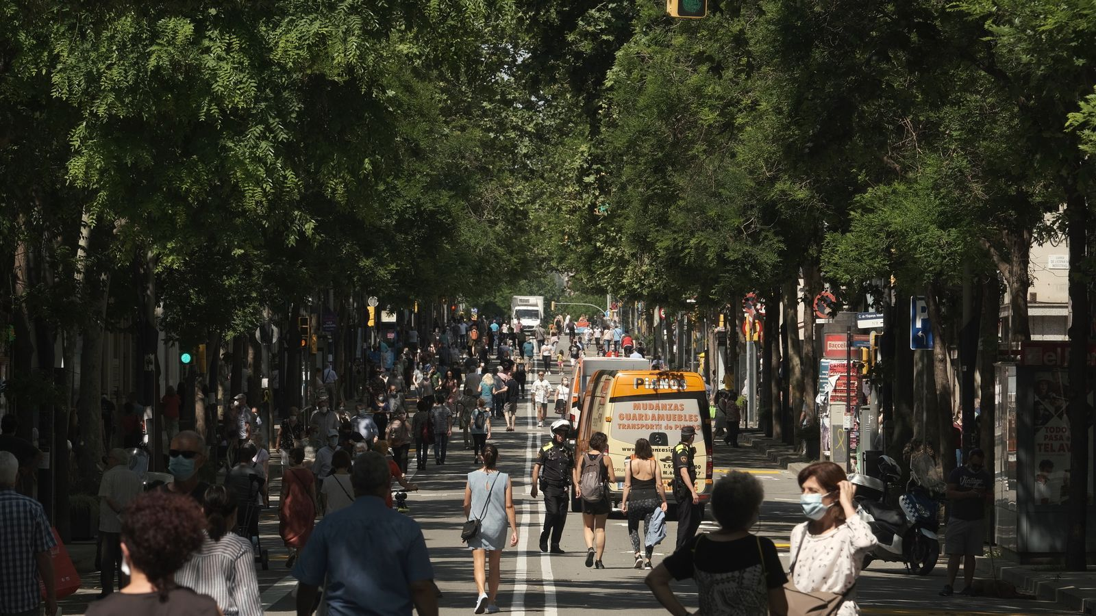 """""""Ara ja només falta que obrin les terrasses"""", els veïns celebren els talls de trànsit a Barcelona"""