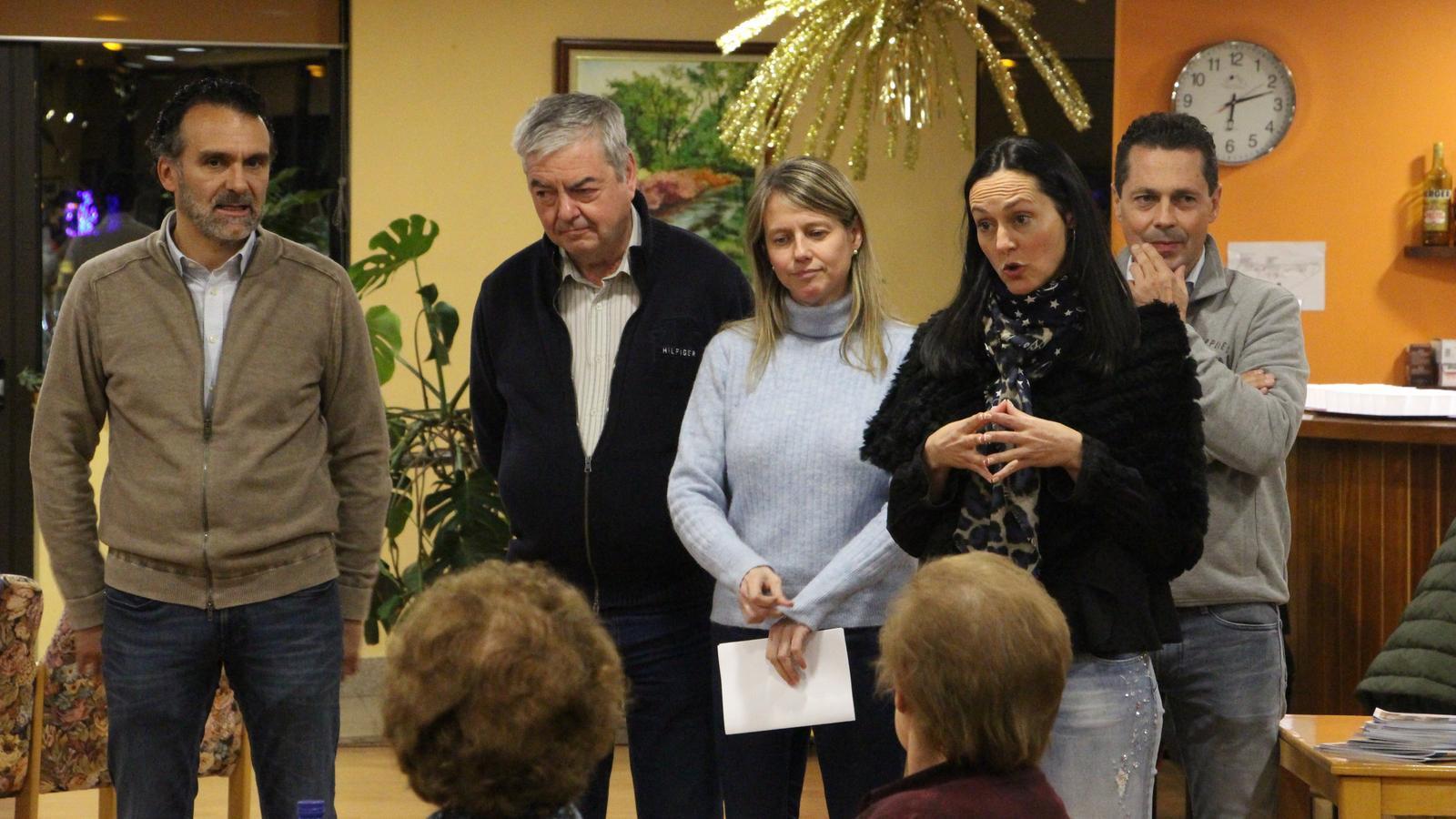 Els candidats de Ciutadans Compromesos, amb Olga Molné al capdavant, han visitat les padrines i padrins de la casa pairal de la Massana. / M.P.
