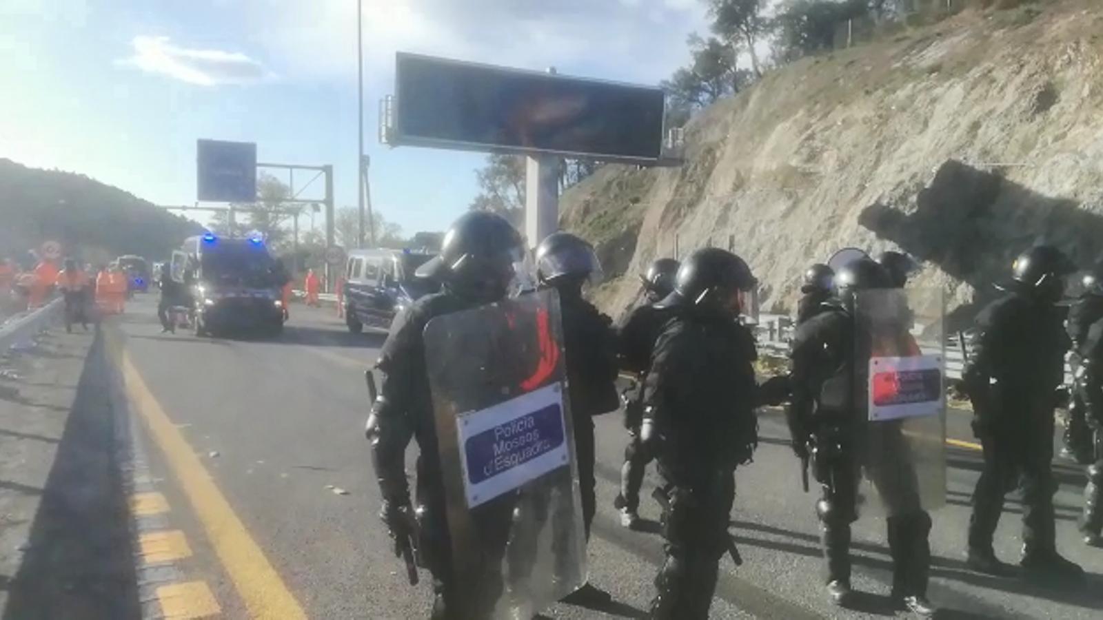 Els Mossos fan una altra crida per megafonia: diuen als propietaris que tenen vehicles aparcats a l'autopista que s'adrecin al cordó si volen retirar voluntàriament els cotxes