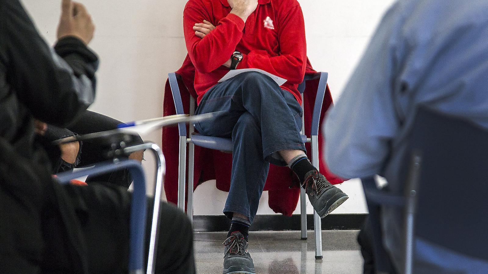 Un dels assistents al grup de teràpia per a persones addictes als jocs d'atzar que cada dijous condueix la psicòloga Cristina Martínez a l'Hospital de Mataró.