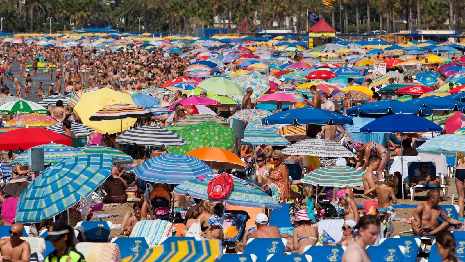 MÉS TURISTES ESTRANGERS AL JULIOL  L'augment de visitants estrangers al juliol ha compensat la caiguda del turisme de la resta de l'Estat, que està acusant molt la crisi. Tot i això, els turistes busquen allotjaments cada cop més econòmics i augmenten les opcions alternatives als hotels, com els apartaments turístics i els càmpings.