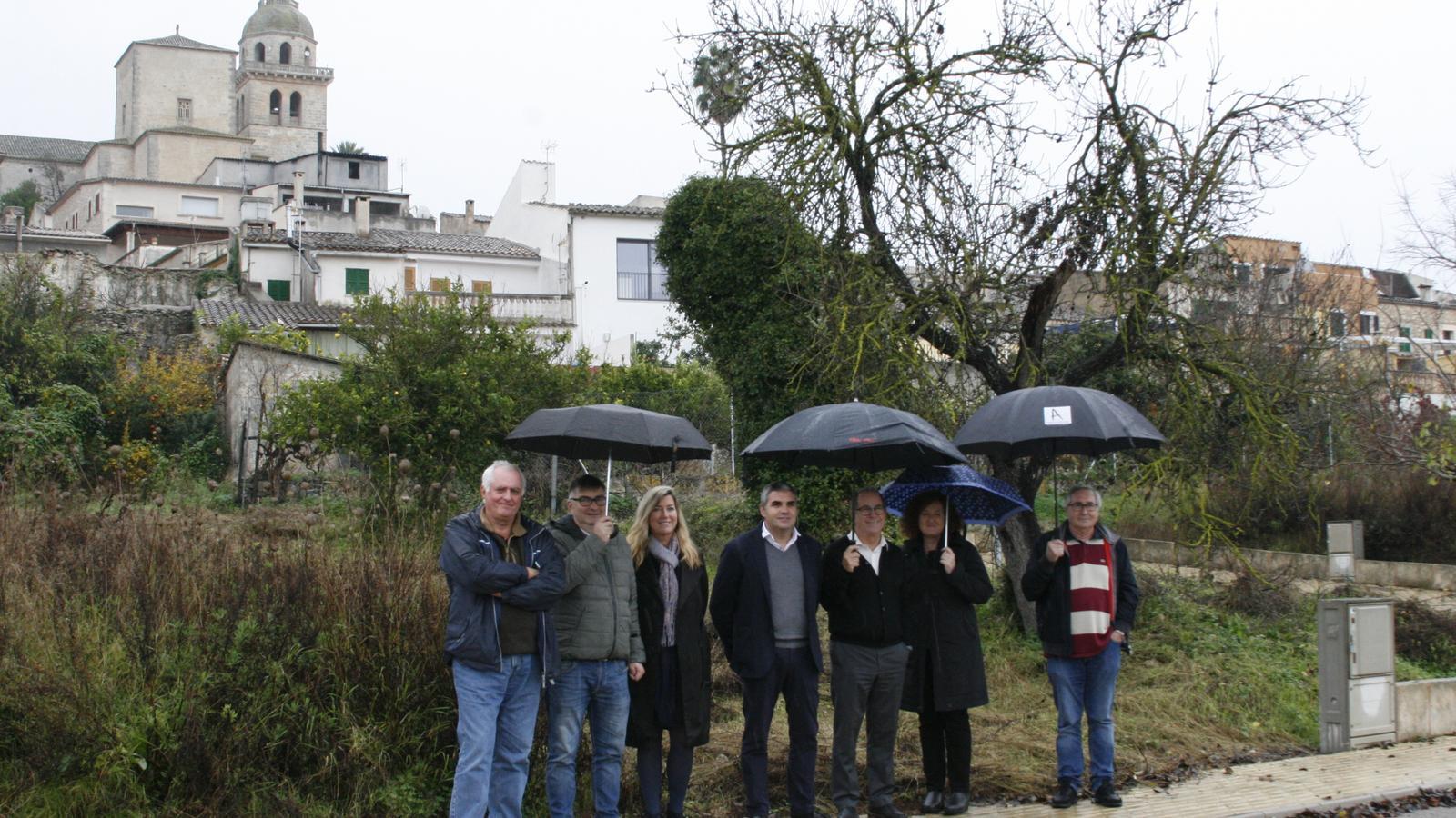 La consellera ha visitat el solar municipal que ha d'acollir el nou ambulatori.
