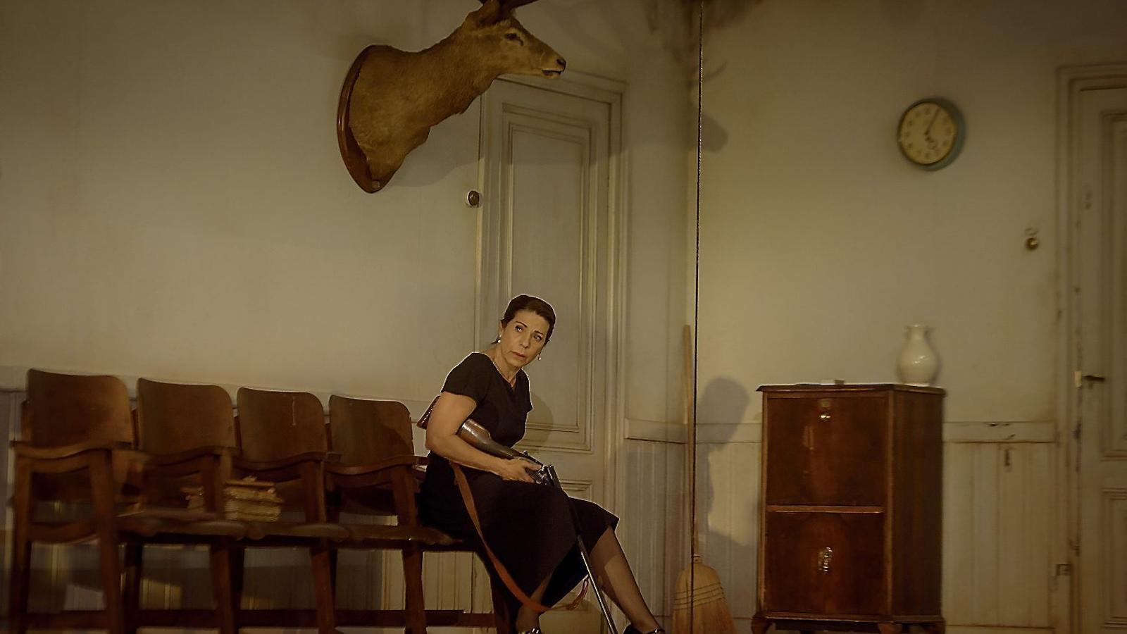 Emma Vilarasau és Victòria a l'obra de Pau Miró.