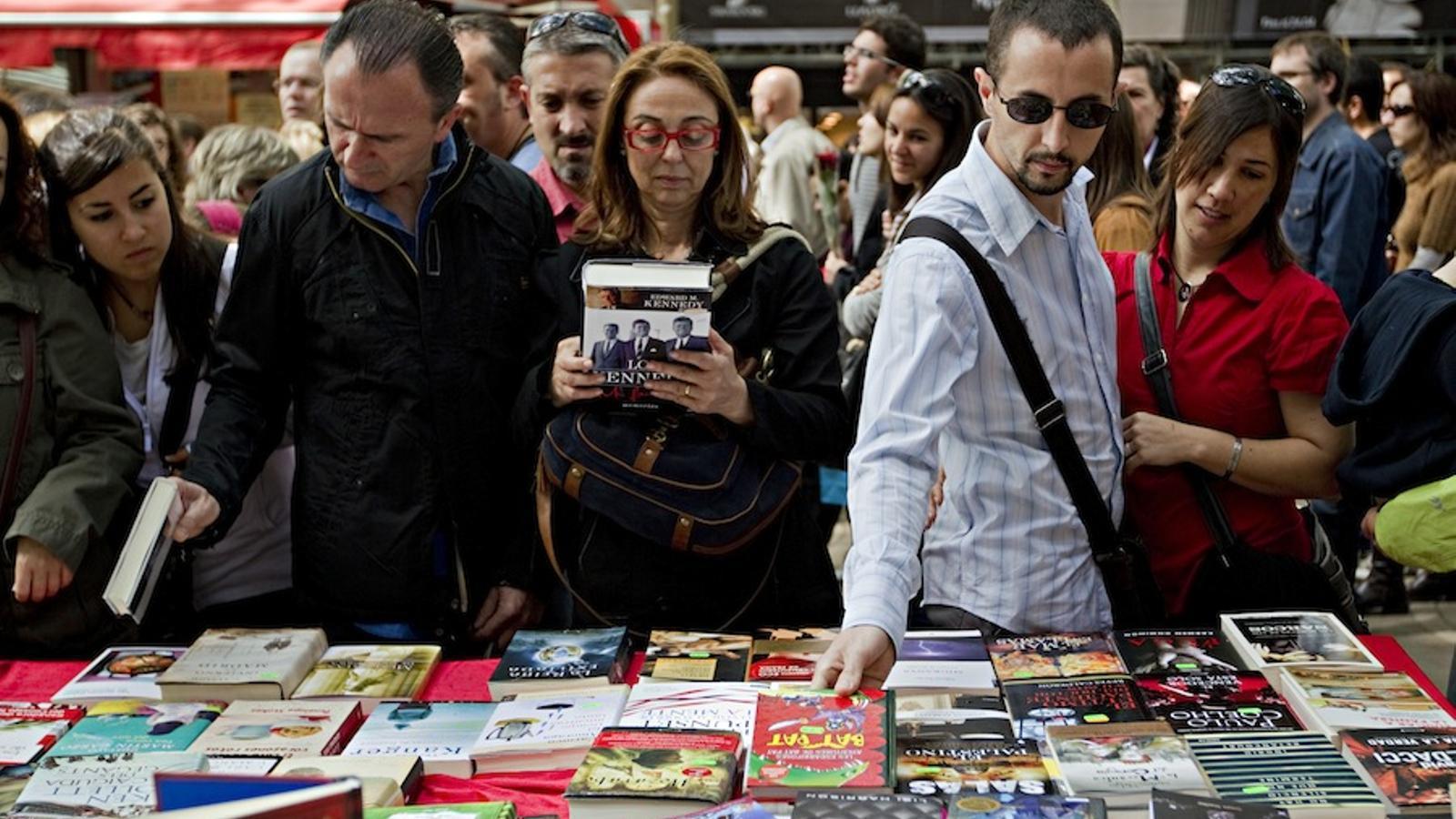 Lectors en una parada de Sant Jordi / FRANCESC MELCION