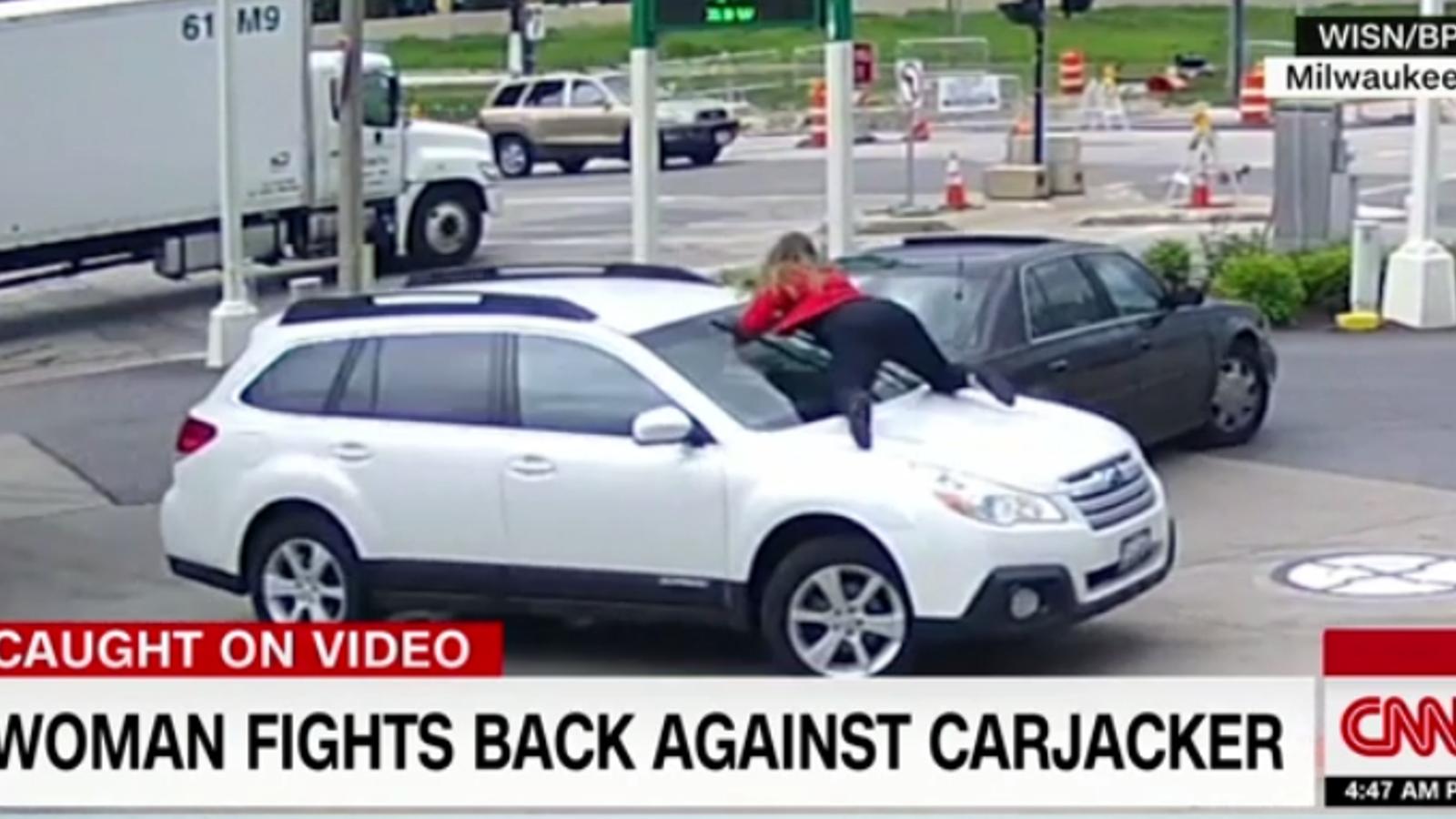 Una dona impedeix que li robin el cotxe pujant-se sobre el capó