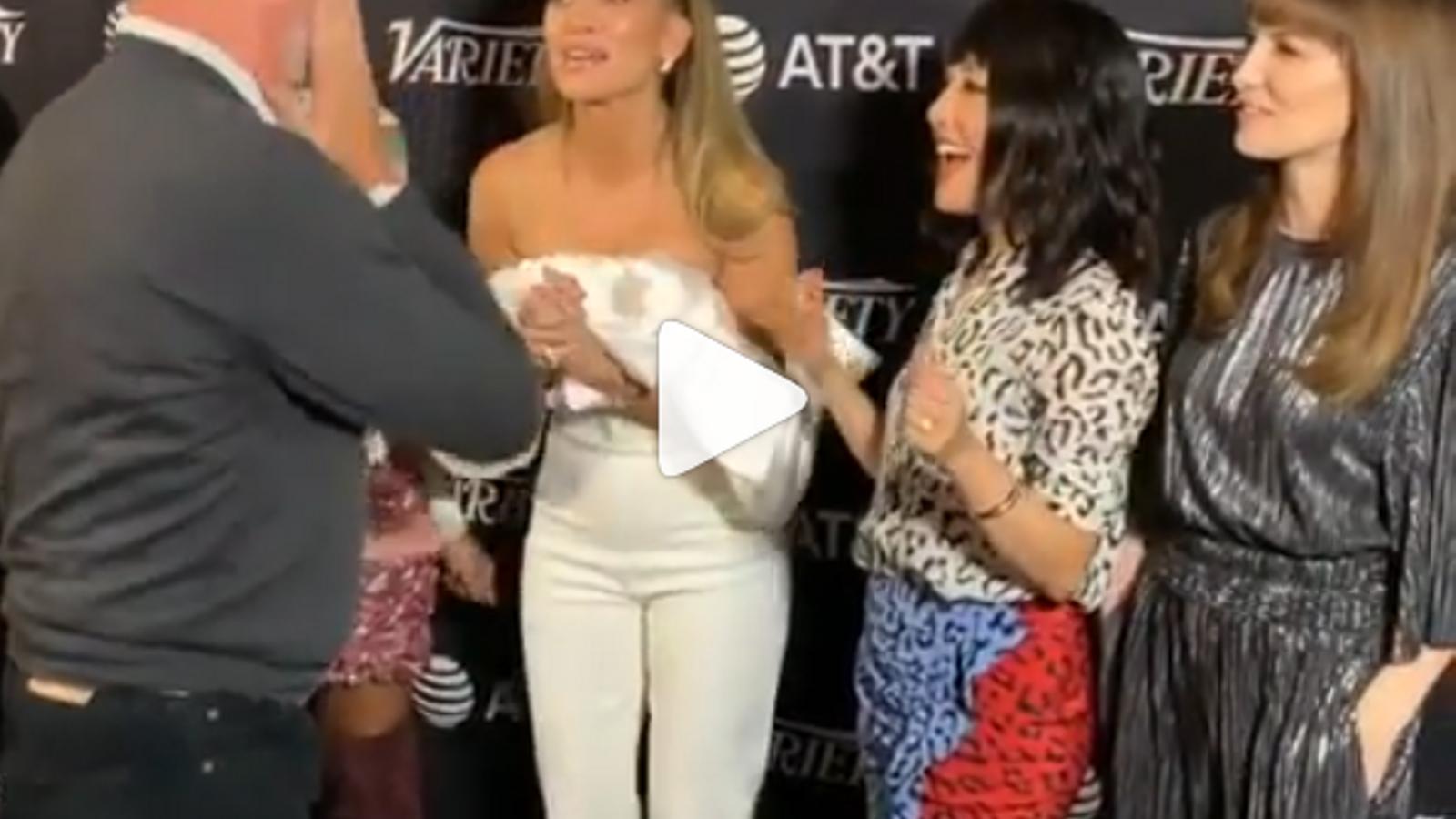 Es neteja la cara Tom Hanks després que el besi Jennifer Lopez?