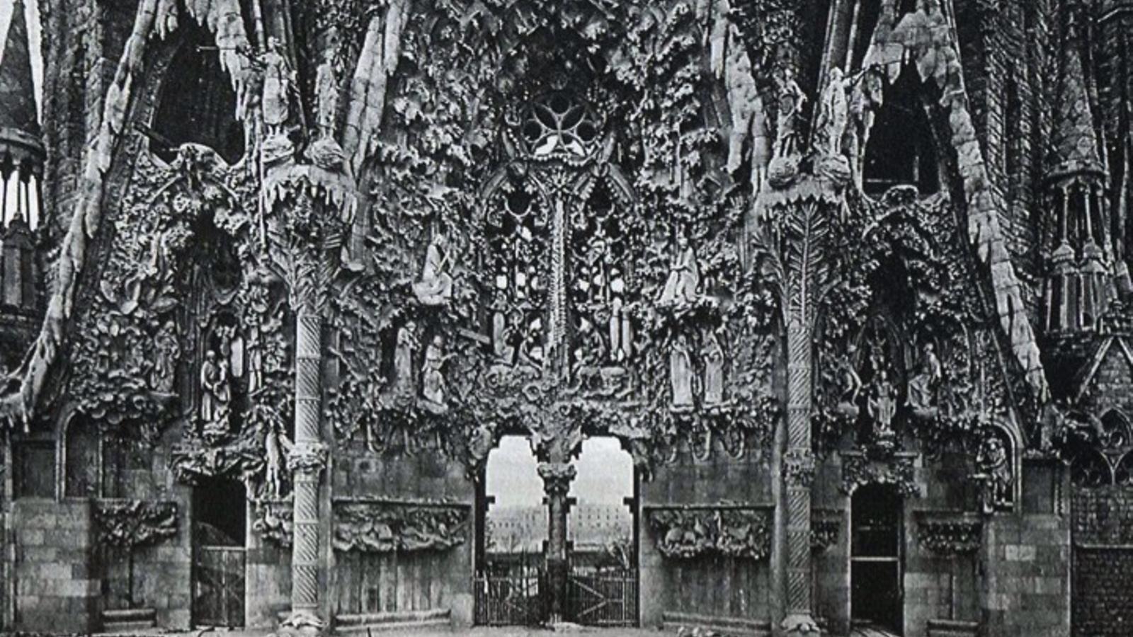 Façana del Naixement de la Sagrada Família, construïda per Gaudí abans de morir, amb la seva materialitat imperfecta i quasi geològica, s'oposa a la despullada i perfecta geometria de la nova construcció, amb un simbolisme naïf impropi de Gaudí