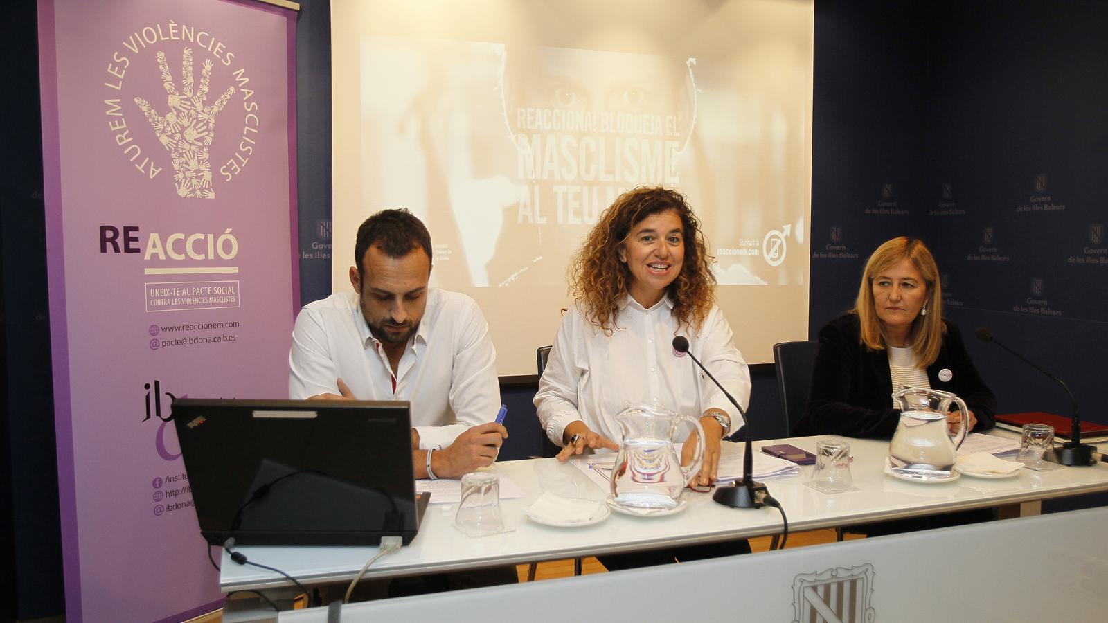 El director general de Comunicació, Álvaro Gil; la consellera de Presidència, Pilar Costa i la directora de l'IBDona, Rosa Cursach aquest dilluns en roda de premsa.