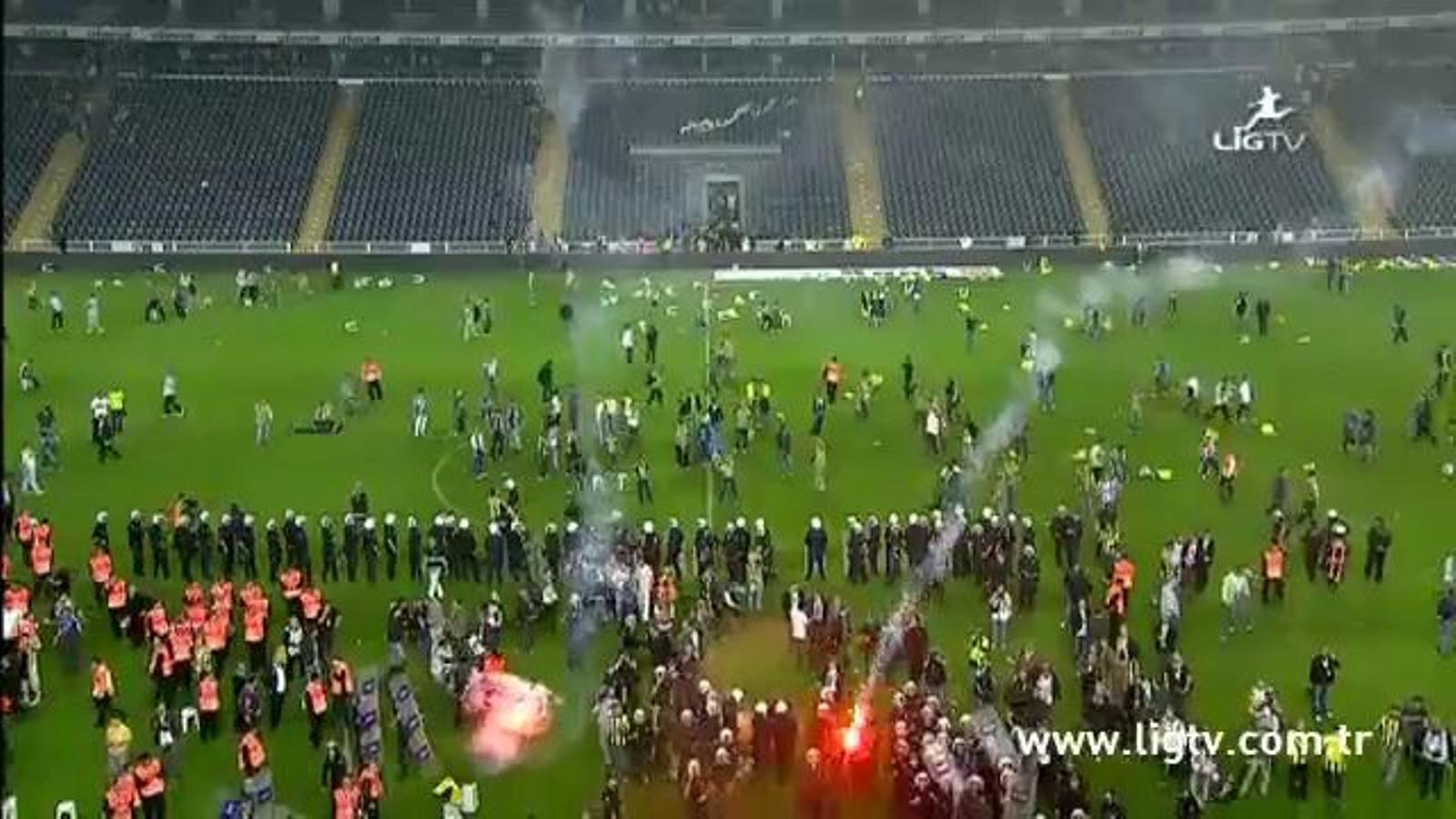 L'afició del Fenerbahçe envaeix el camp per evitar que el Galatasaray reculli la copa de campió