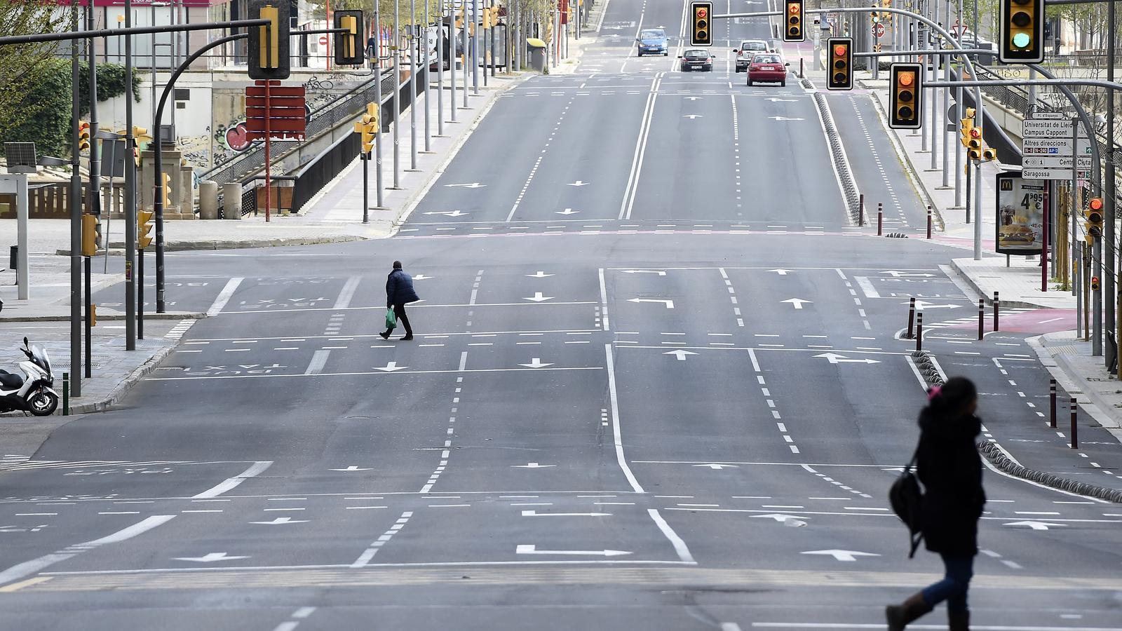 La rambla d'Aragó, a Lleida, buida de gent i cotxes, el primer dia de confinament decretat