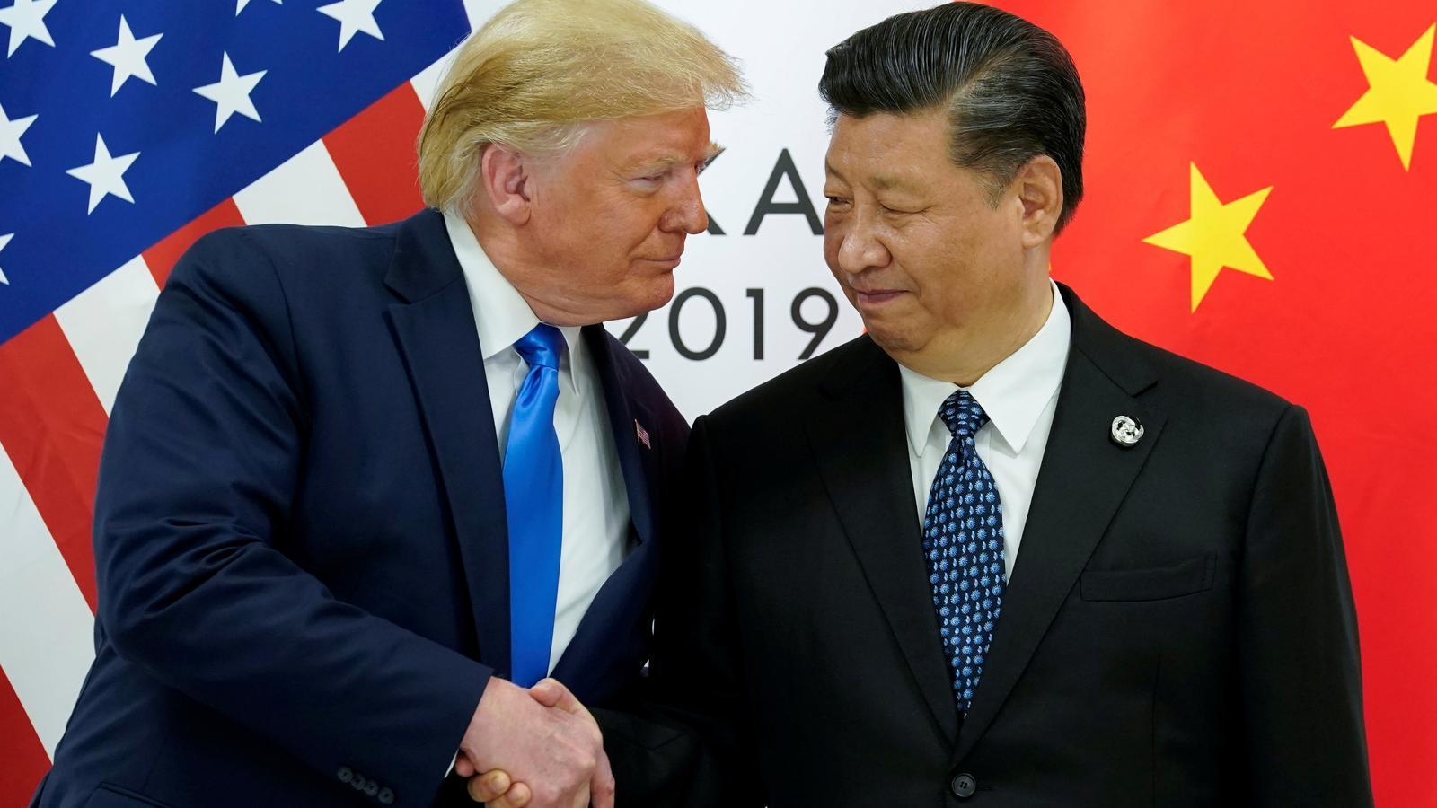 El president dels Estats Units, Donald Trump, amb Xi Jinping, a l'inici de la seva reunió bilateral a la cimera dels líders del G-20 a Osaka, Japó