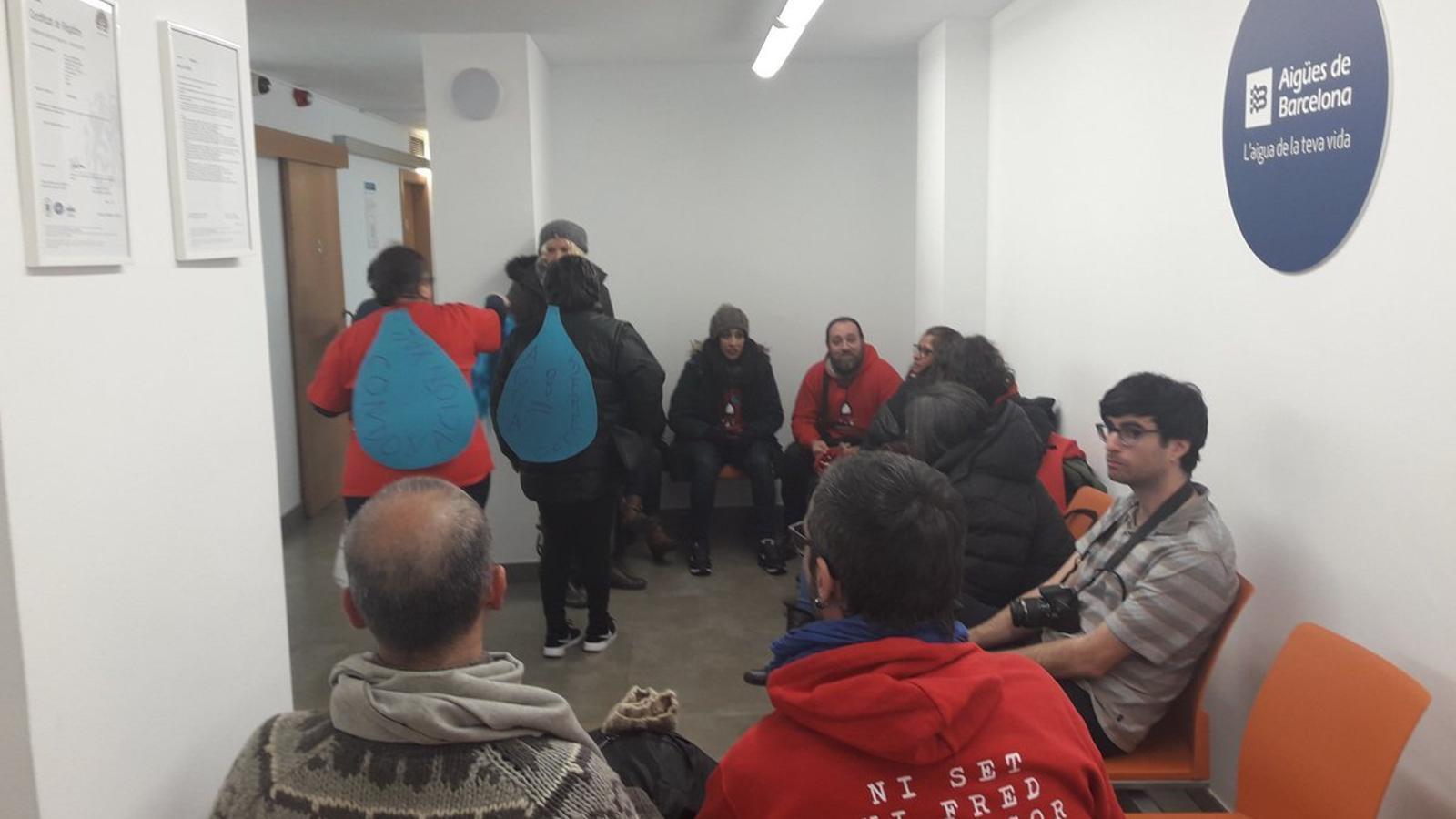 Ocupen la seu d'Agbar per exigir la condonació del deute de families afectades per pobresa energètica