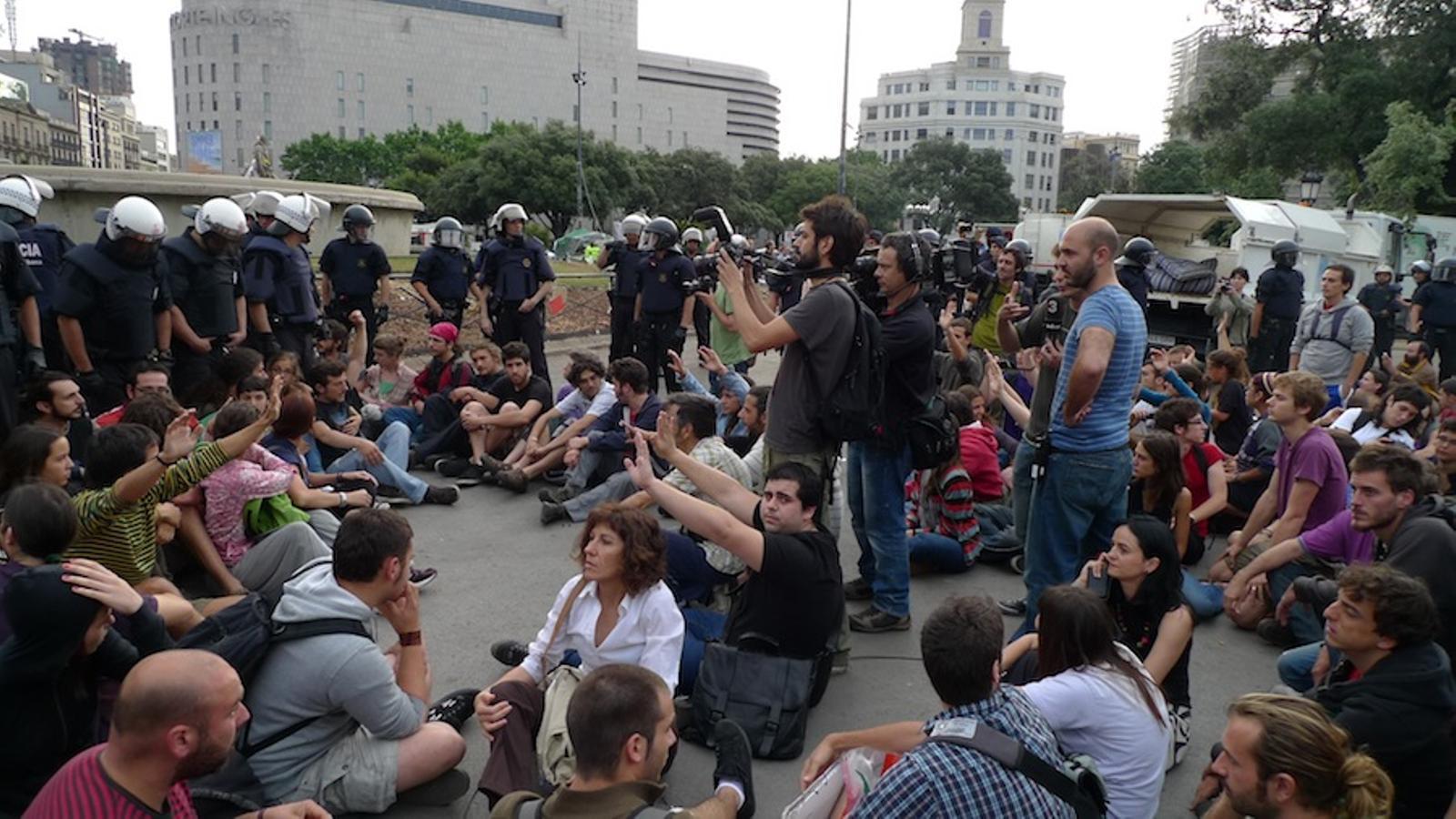Acampats, envoltats de policia / GUILLEM CARBONELL